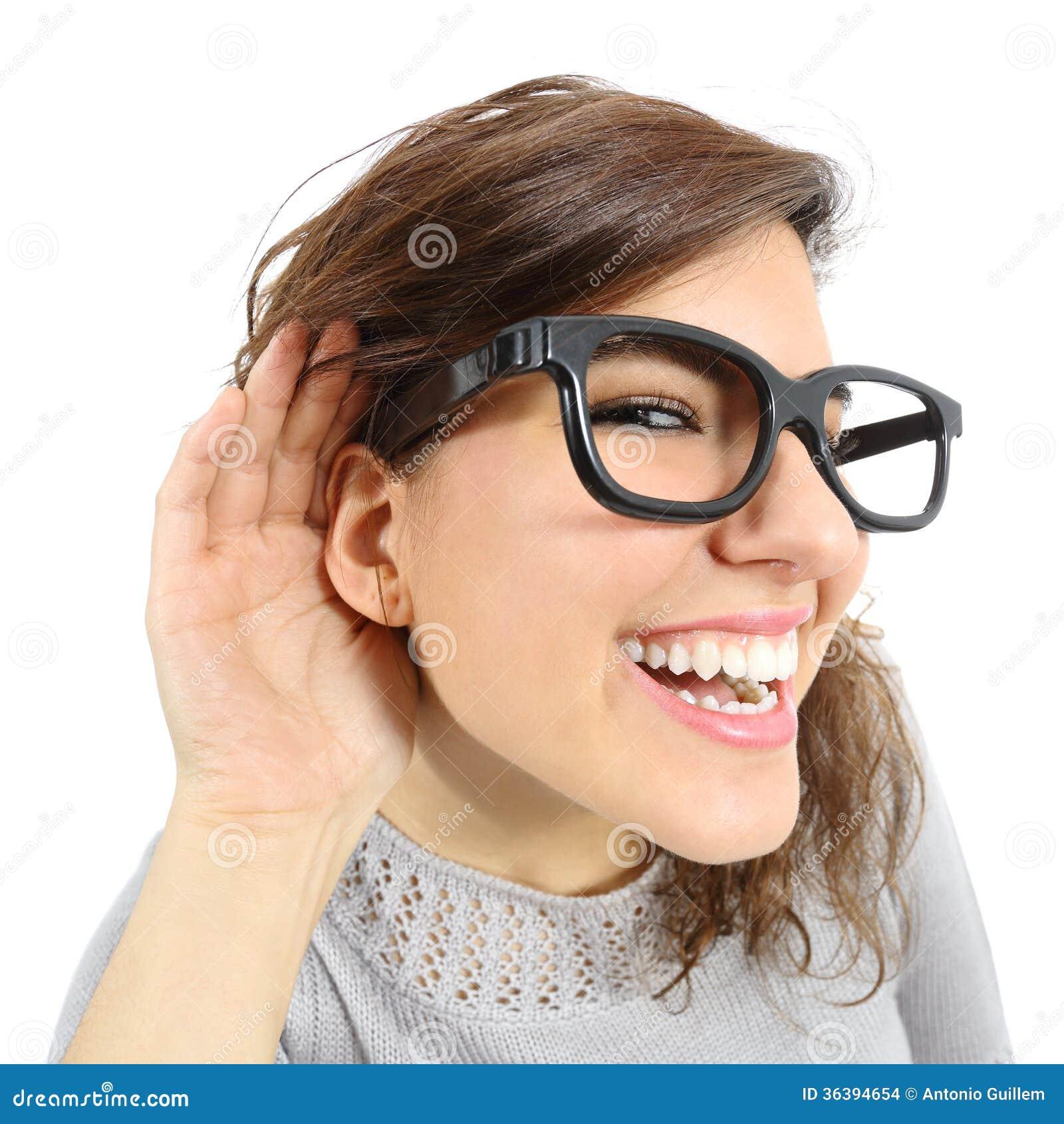 Κλείστε επάνω μιας γυναίκας που ακούει με την παραδίδει το αυτί