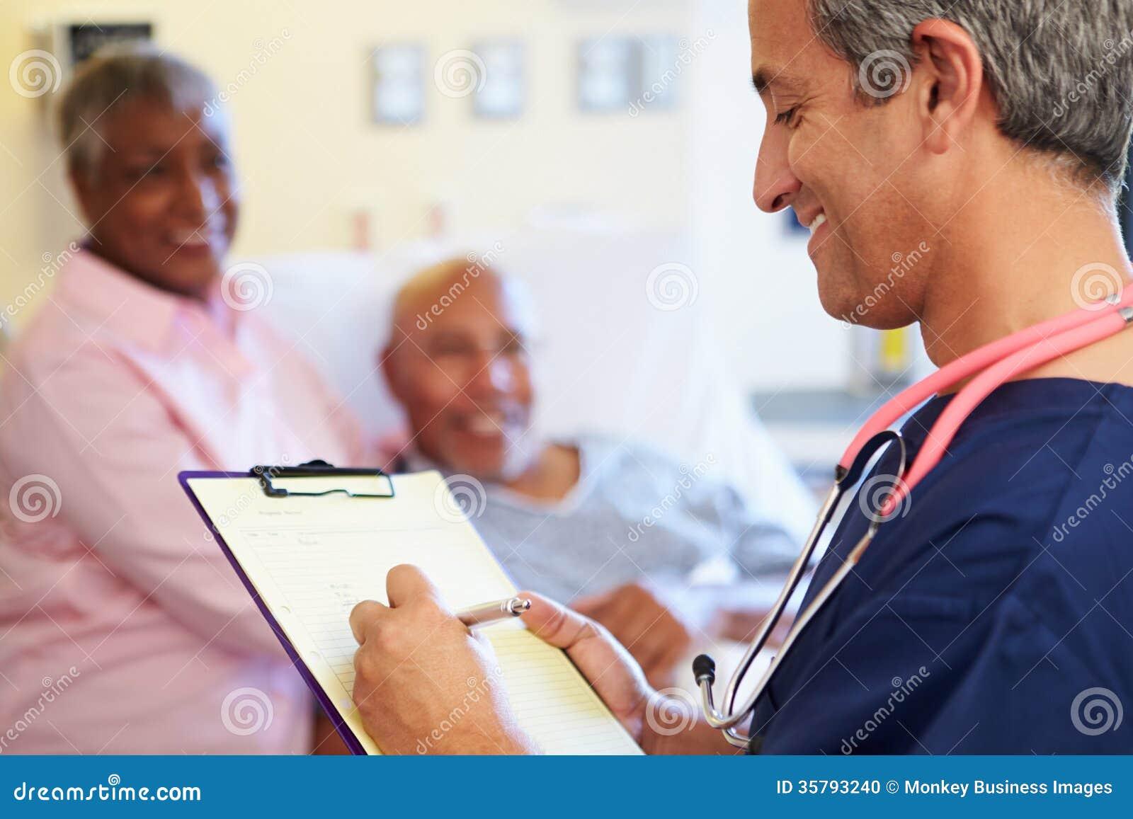 Κλείστε επάνω νοσοκόμος που ενημερώνει τις υπομονετικές σημειώσεις