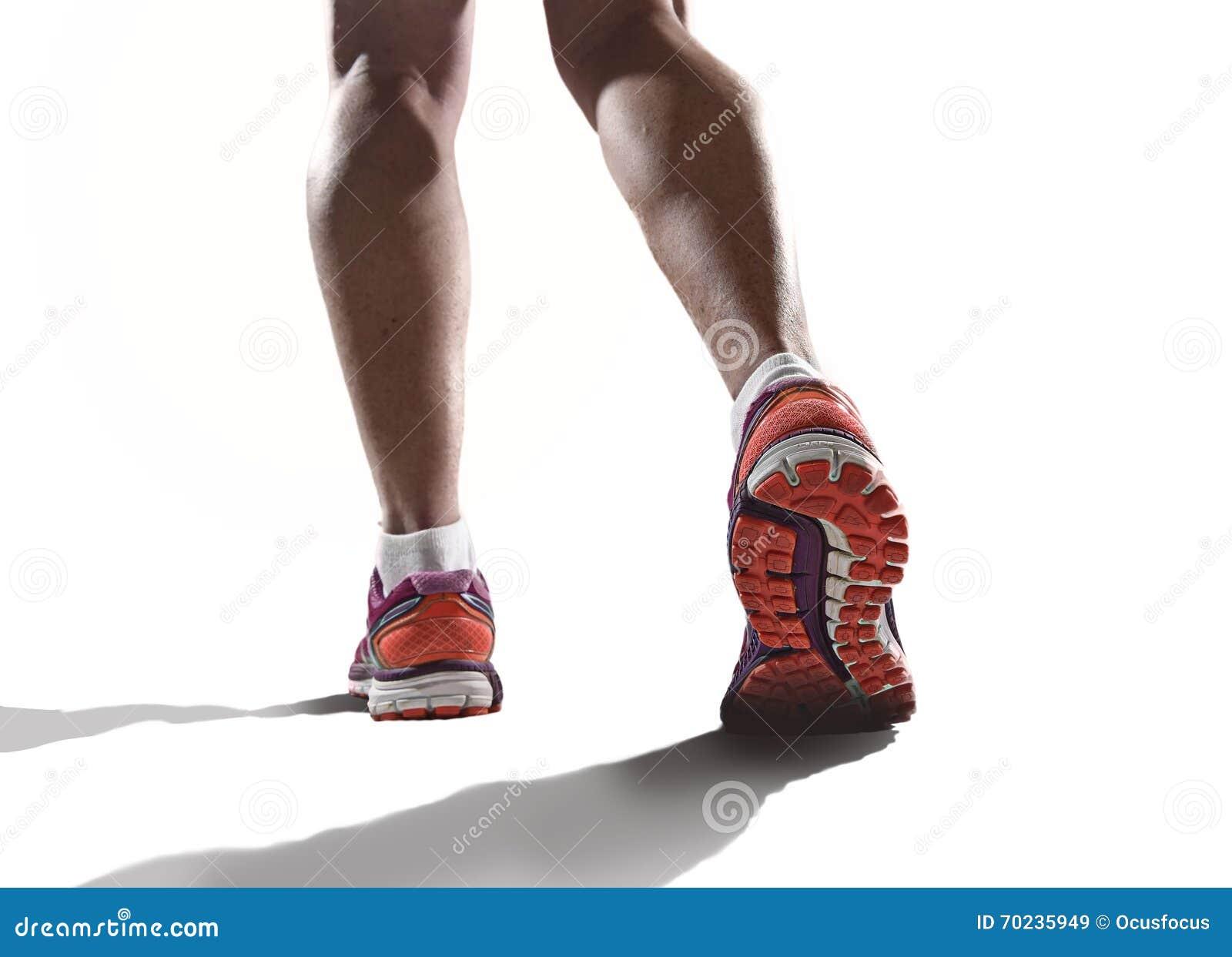 Κλείστε επάνω τα πόδια με το τρέξιμο των παπουτσιών και των θηλυκών ισχυρών αθλητικών ποδιών αθλητριών
