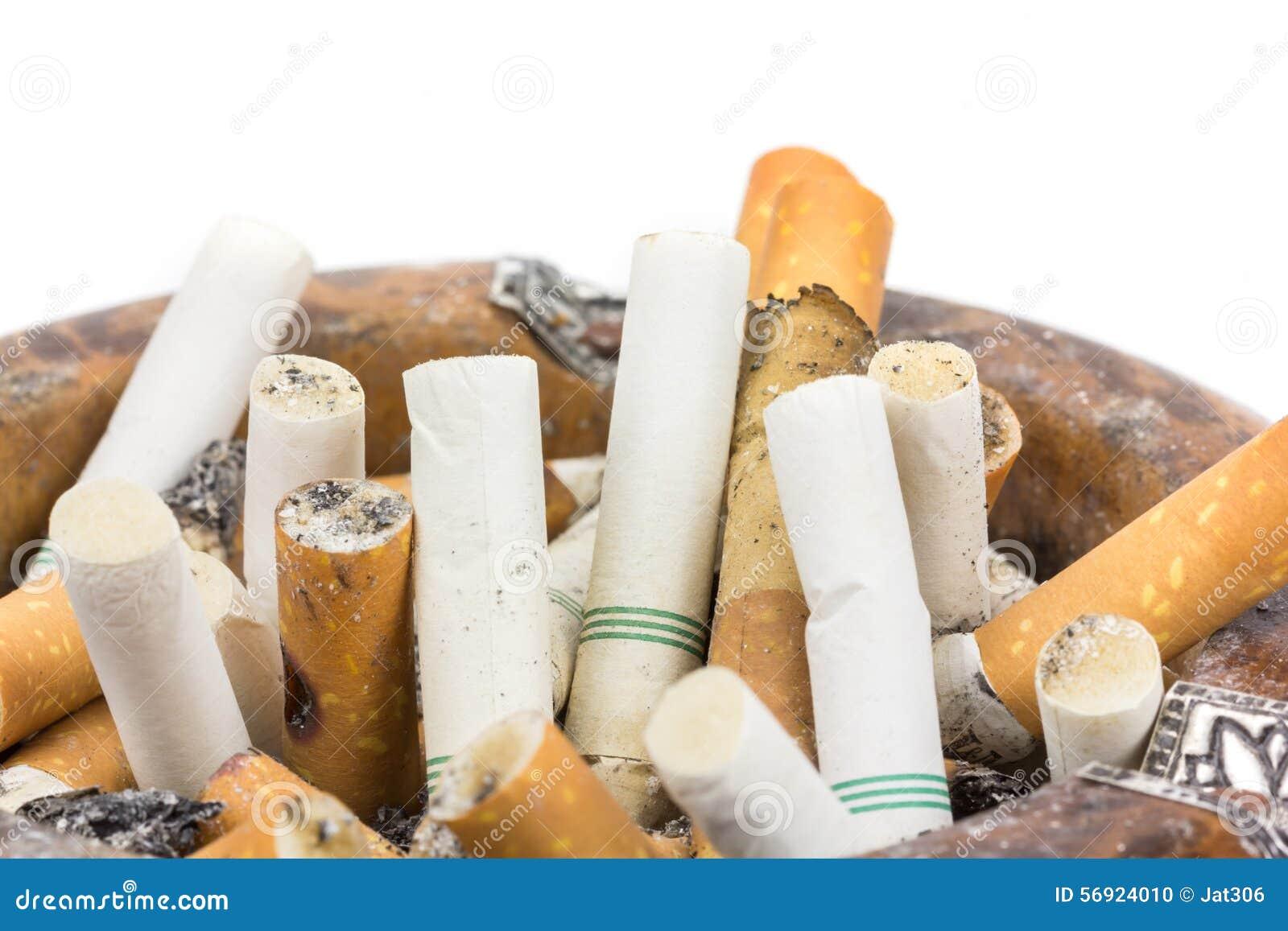 Κλείστε επάνω τα τσιγάρα άκρης ashtray