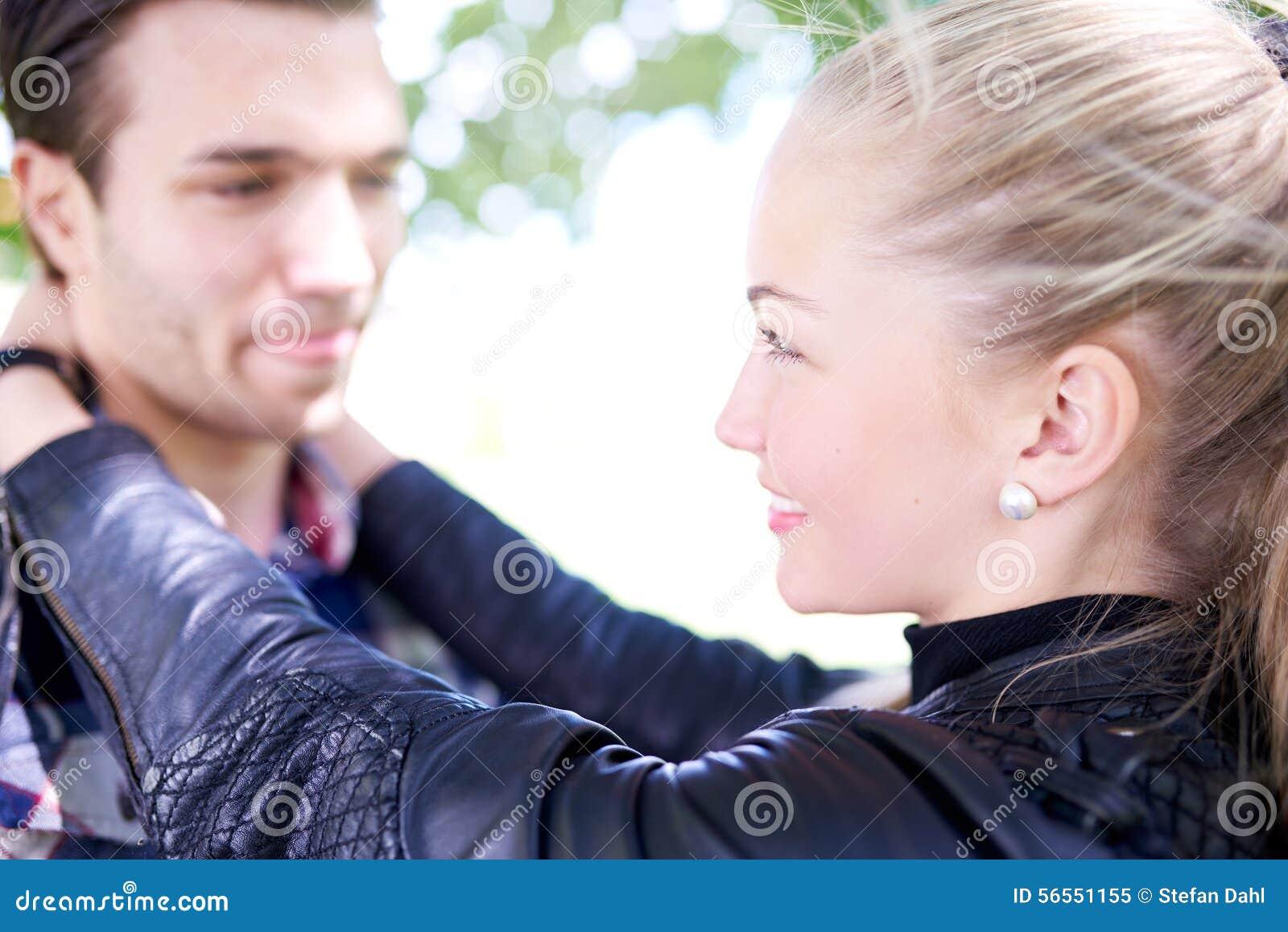 Download Κλείστε επάνω τους γλυκούς νέους εραστές που χαμογελούν ο ένας στον άλλο Στοκ Εικόνα - εικόνα από συγκίνηση, σύντροφοι: 56551155