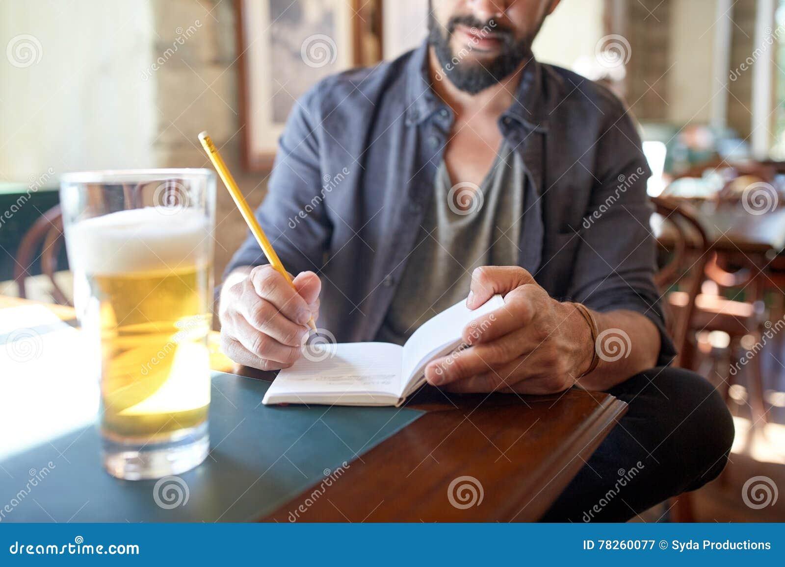 Κλείστε επάνω του ατόμου με την μπύρα και του σημειωματάριου στο μπαρ