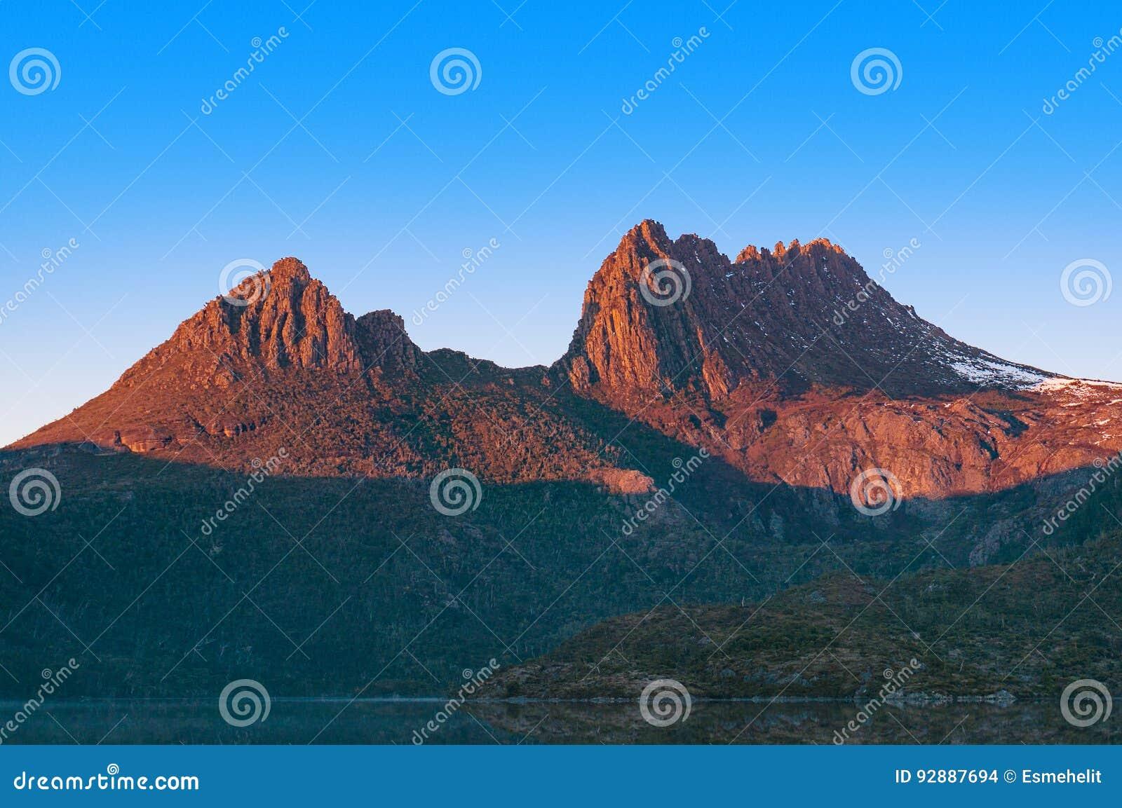 Κλείστε επάνω του ηλιοφώτιστου βουνού λίκνων στην ανατολή