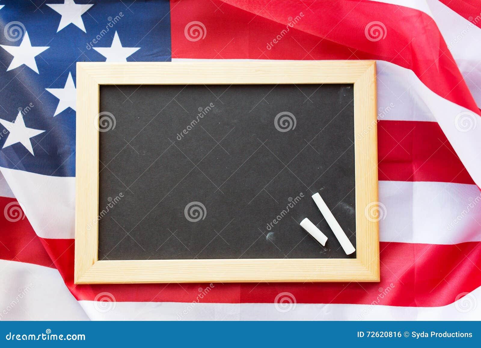 Κλείστε επάνω του σχολικού πίνακα στη αμερικανική σημαία