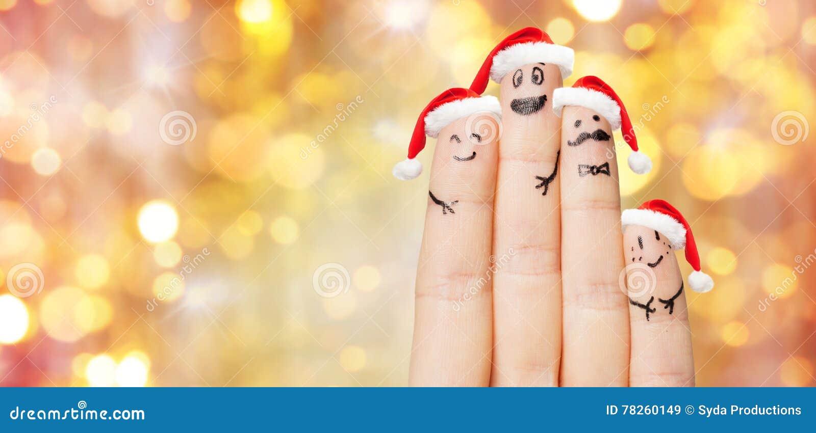 Κλείστε επάνω του χεριού με τέσσερα δάχτυλα στα καπέλα santa