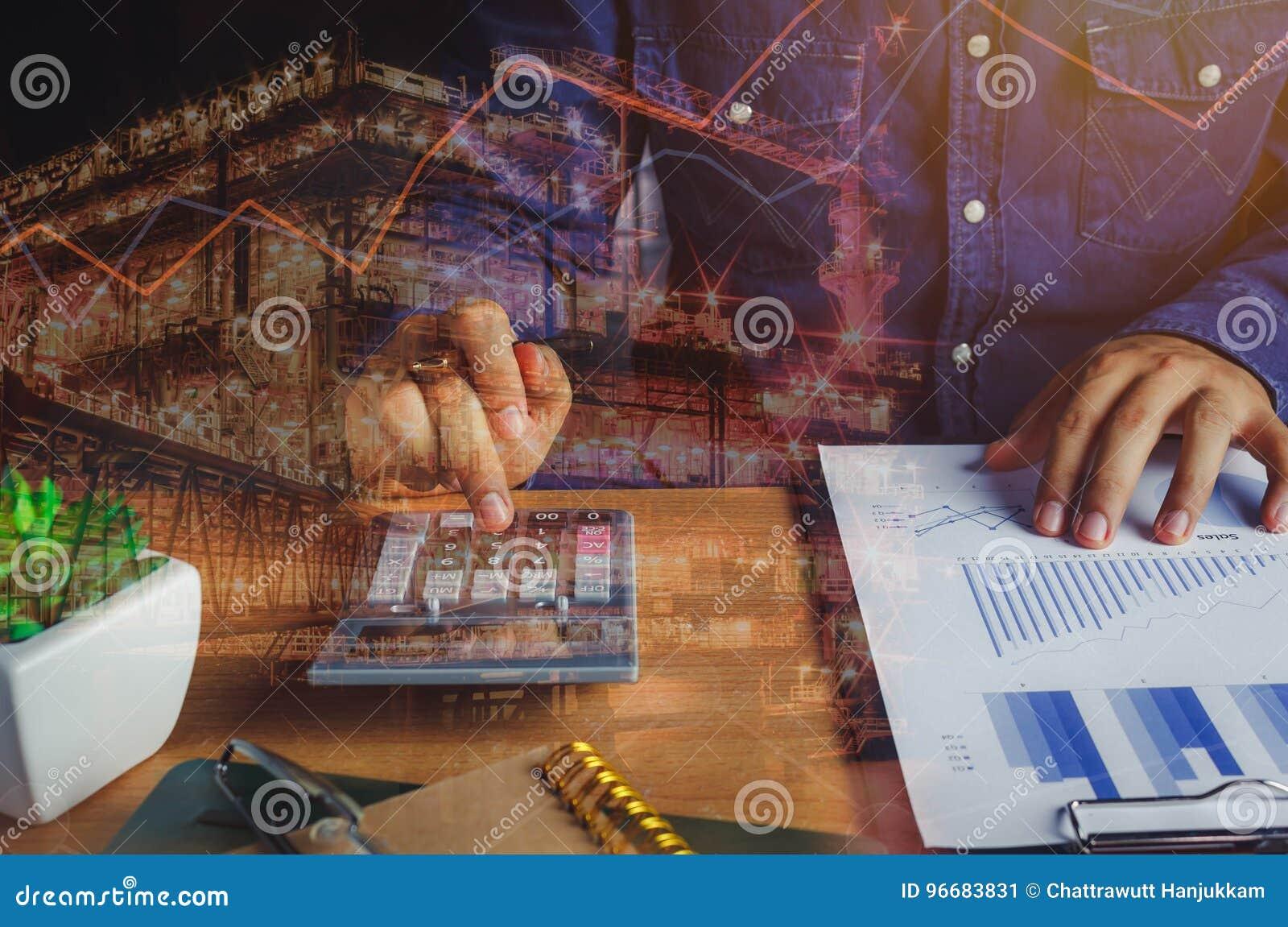Κλείστε επάνω το ασιατικό άτομο υπολογίζει την τραπεζική χρηματοδότηση ή την αποταμίευση