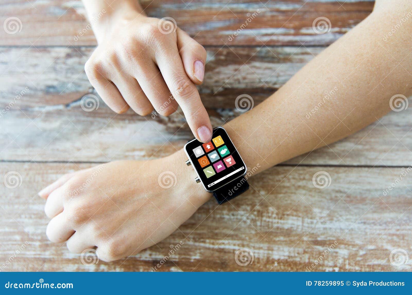 Κλείστε επάνω των χεριών θέτοντας το έξυπνο ρολόι με τα εικονίδια