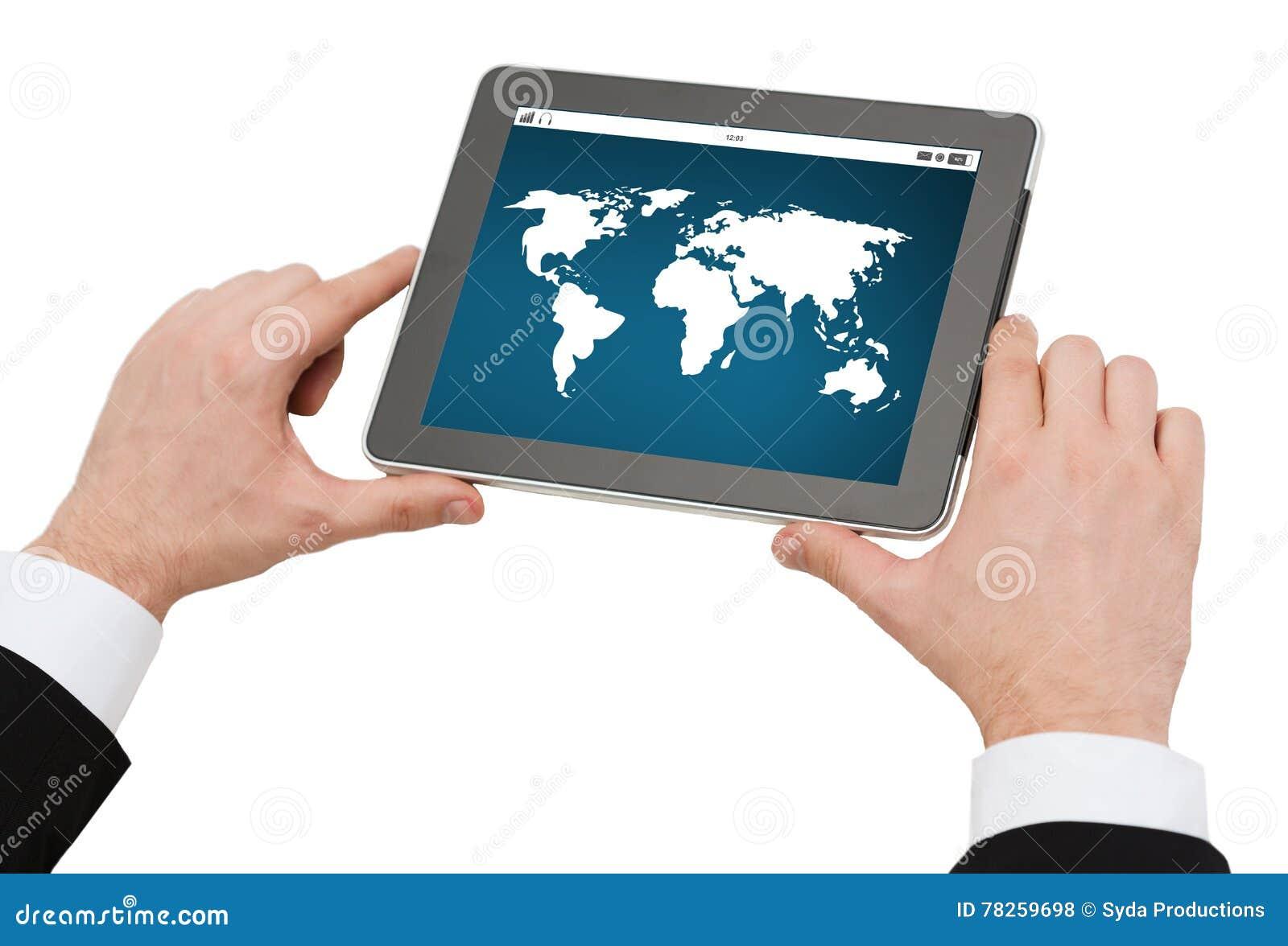 Κλείστε επάνω των χεριών κρατώντας το PC ταμπλετών με τον παγκόσμιο χάρτη