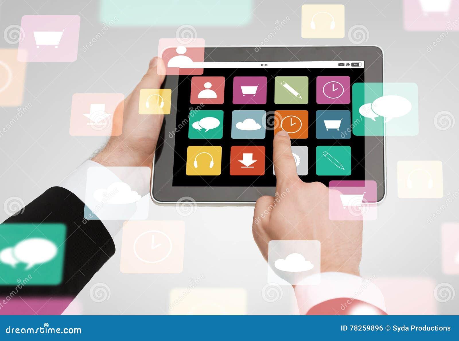 Κλείστε επάνω των χεριών κρατώντας το PC ταμπλετών με app τα εικονίδια