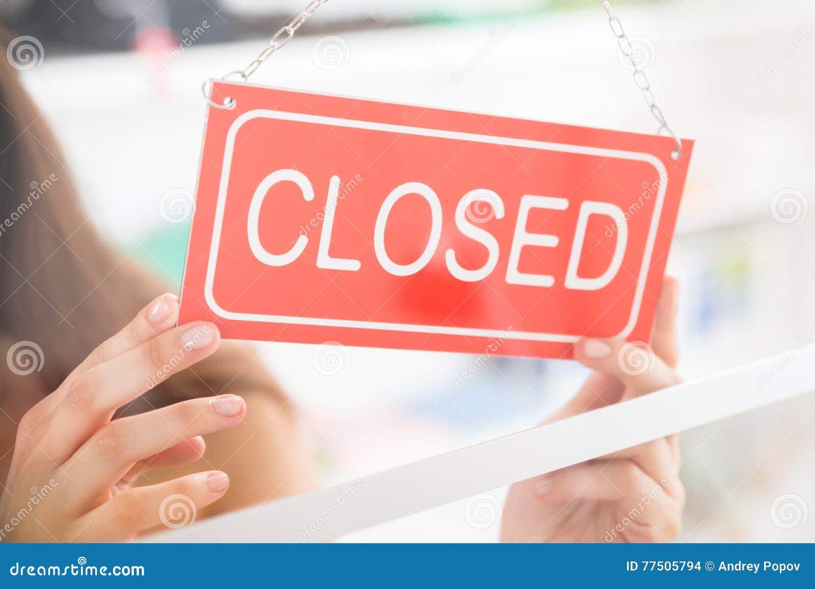 Κλειστό εκμετάλλευση σημάδι ιδιοκτητών στο κατάστημα ιματισμού