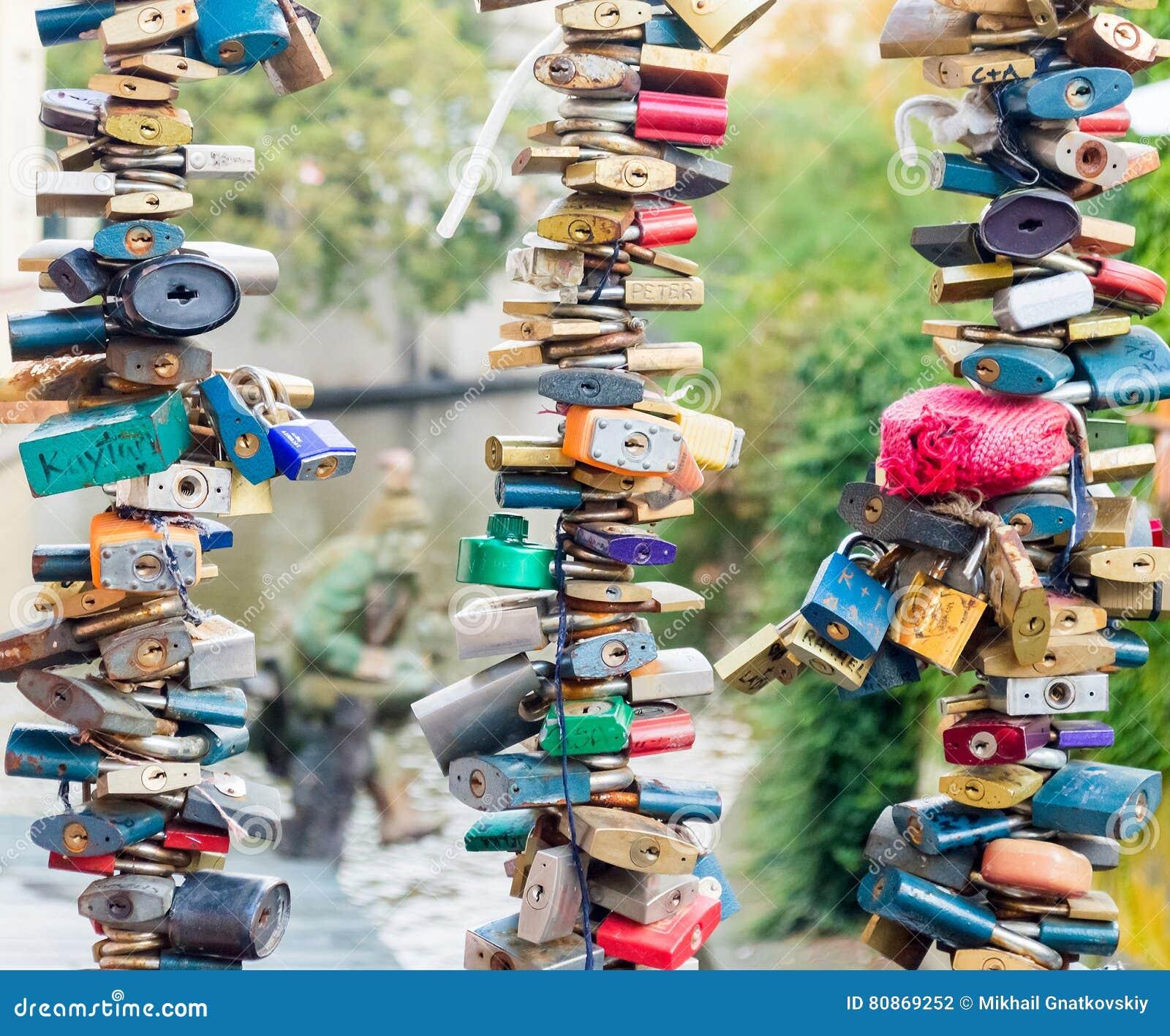 Κλειδαριές καρδιών αγάπης Ζωηρόχρωμο δέντρο λουκέτων στο κιγκλίδωμα γεφυρών