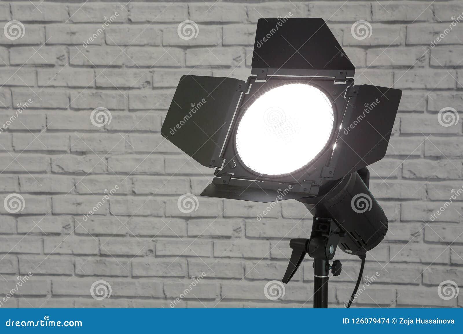 Λάμψη με το στροβοσκόπιο εξοπλισμού φωτογραφιών πορτών σιταποθηκών στη στάση στο θόριο