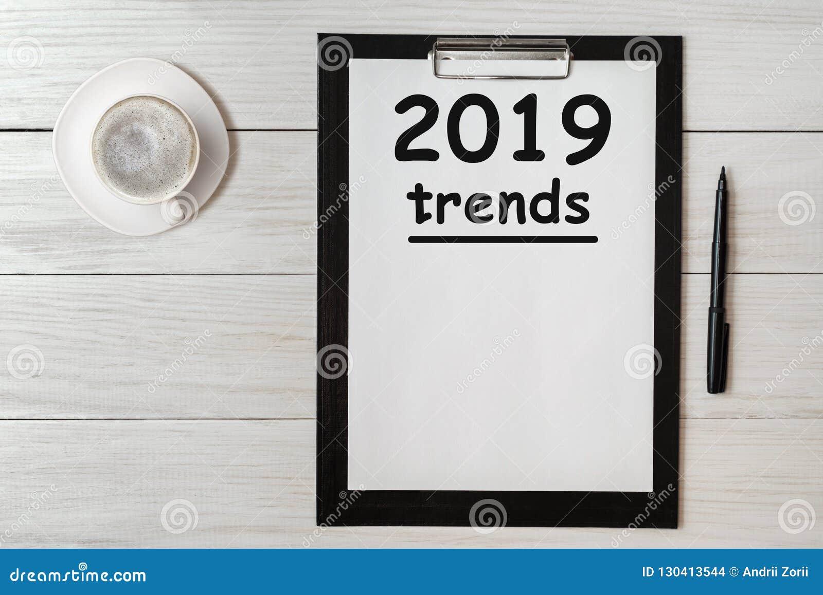 Λέξη έννοιας ΤΑΣΕΩΝ 2019 στην ταμπλέτα Τάσεις 2019 της επιχειρησιακής έννοιας για το νέο έτος