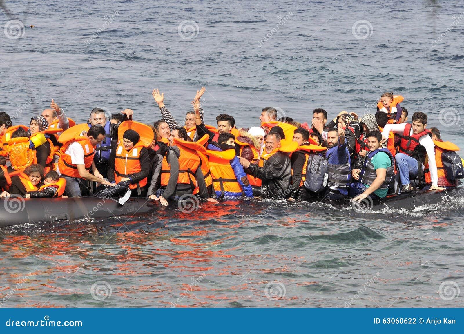 ΛΈΣΒΟΣ, ΕΛΛΑΔΑ στις 20 Οκτωβρίου 2015: Πρόσφυγες που φθάνουν στην Ελλάδα στη dingy βάρκα από την Τουρκία