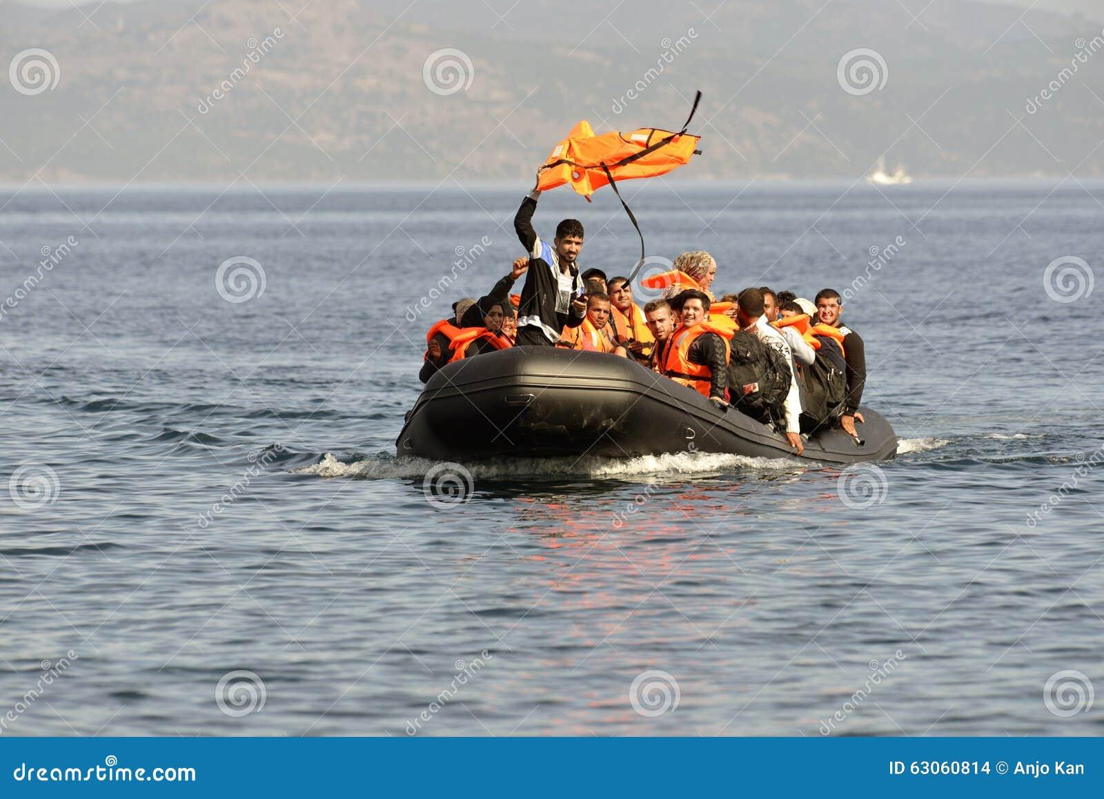 ΛΈΣΒΟΣ, ΕΛΛΑΔΑ στις 12 Οκτωβρίου 2015: Πρόσφυγες που φθάνουν στην Ελλάδα στη dingy βάρκα από την Τουρκία