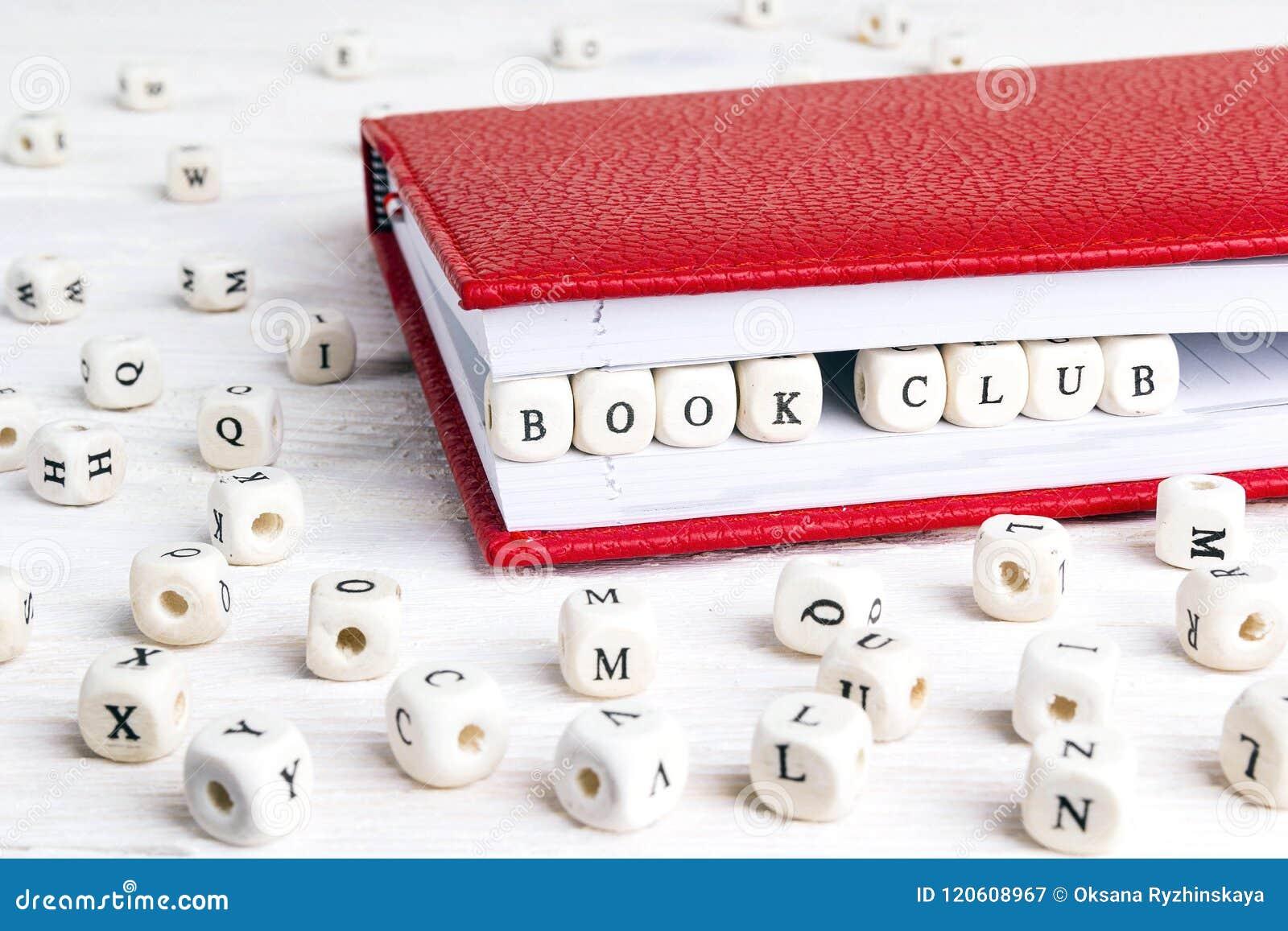 Λέσχη βιβλίων φράσης που γράφεται στους ξύλινους φραγμούς στο κόκκινο σημειωματάριο στο whi