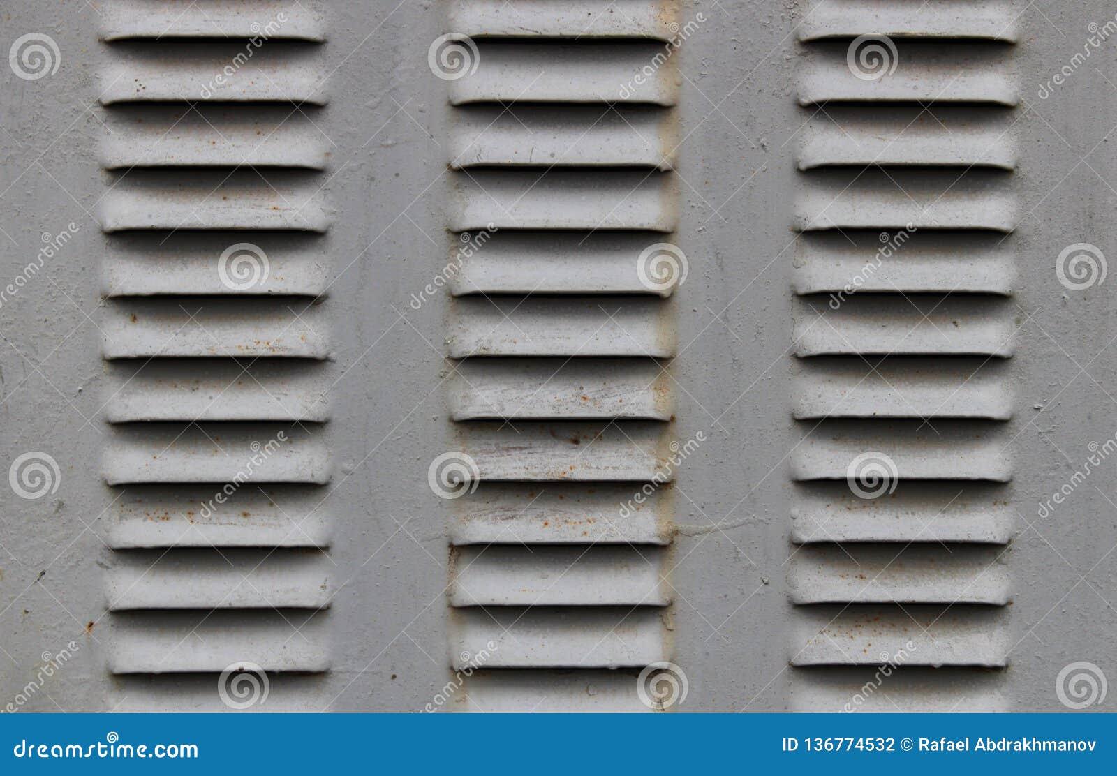 Λίγα κάγκελα εξαερισμού σιδήρου στην πόρτα σιδήρου Χάλυβας εξαερισμού αέρα Παλαιός εγκαταλειμμένος σκουριασμένος σταθμός μετασχημ