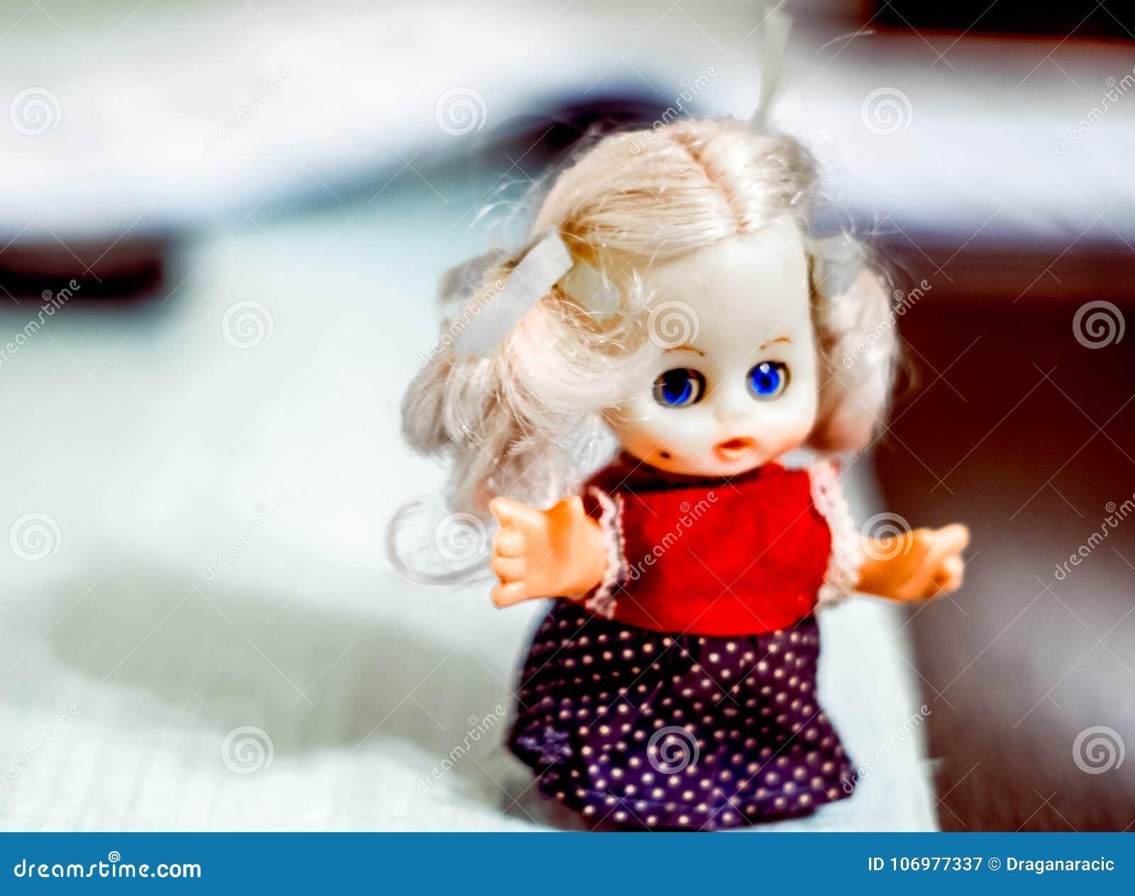 Λίγη κούκλα από την παιδική ηλικία