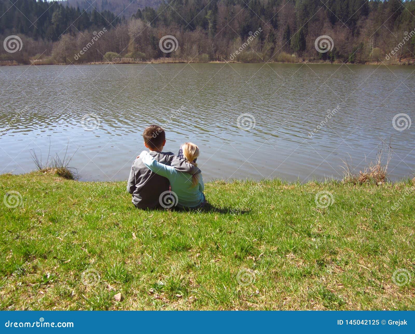 Λίγοι αδελφός και αδελφή από τη λίμνη
