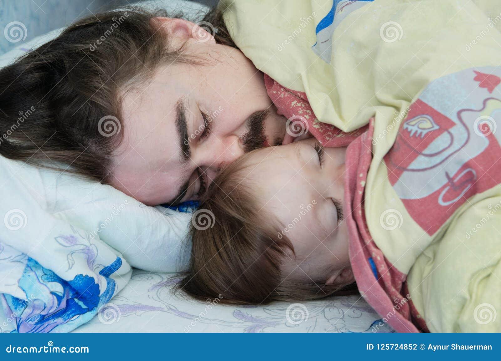 Λίγος ύπνος κοριτσάκι με τον μπαμπά το πρωί Ευτυχής γονέας Πατέρας που βρίσκεται στο κρεβάτι οικογένεια ευτυχής