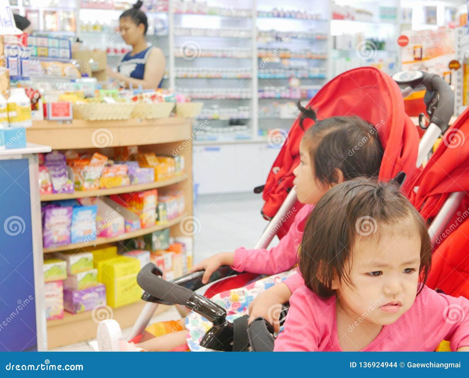 Λίγο ασιατικό μπροστινό να πάρει κοριτσάκι τρύπησε να περιμένει για πολύ καιρό σε έναν περιπατητή μωρών τα φάρμακα αγοράς μητέρων