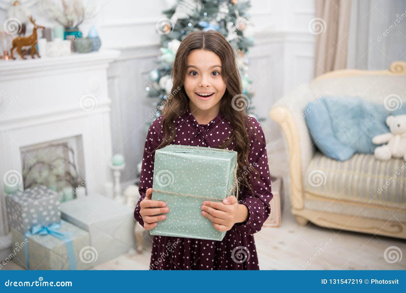 Λίγο κορίτσι παιδιών συμπαθεί τα Χριστούγεννα παρόντα καλή χρονιά μικρό ευτυχές κορίτσι στα Χριστούγεννα Χριστούγεννα Το παιδί απ