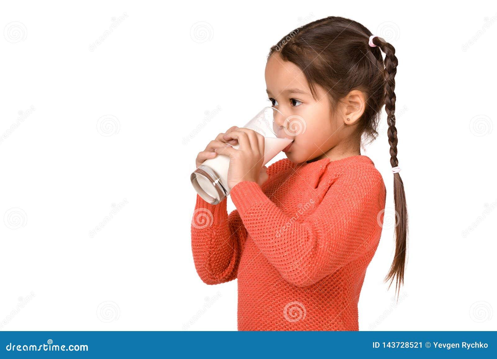 Λίγο ποτήρι εκμετάλλευσης κοριτσιών παιδιών του γάλακτος στο άσπρο υπόβαθρο