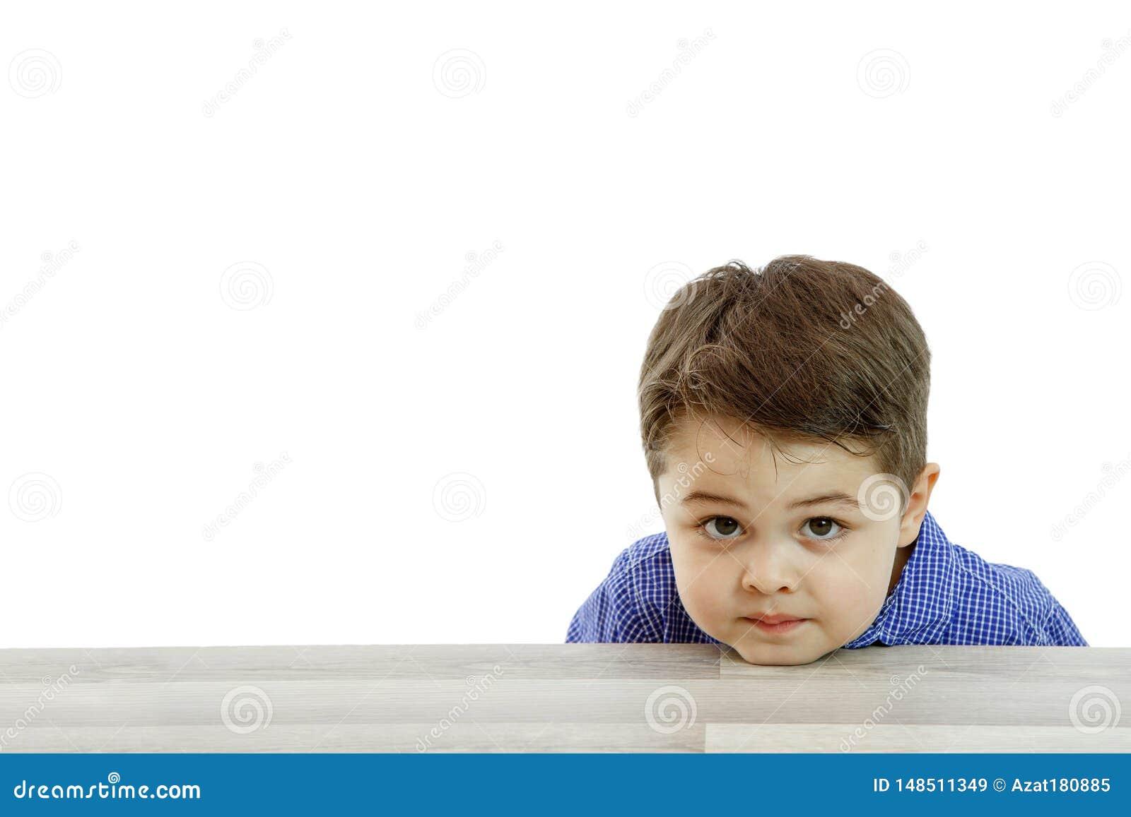 Λίγο χαριτωμένο αγόρι με τις διαφορετικές συγκινήσεις στο πρόσωπο στο απομονωμένο υπόβαθρο