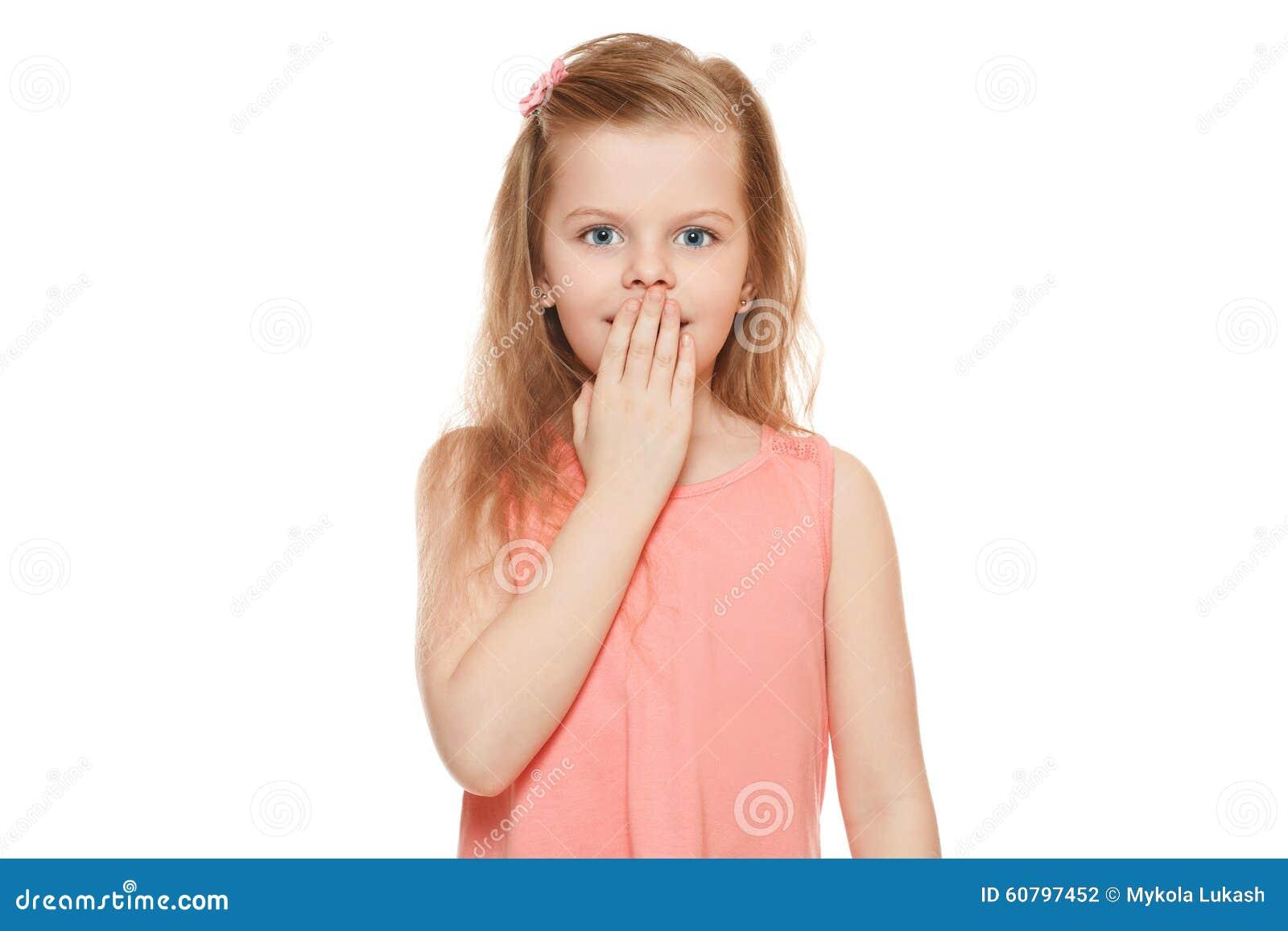Λίγο χαριτωμένο κορίτσι έκπληκτο κλείσιμο του στόματός της, που απομονώνεται στο άσπρο υπόβαθρο