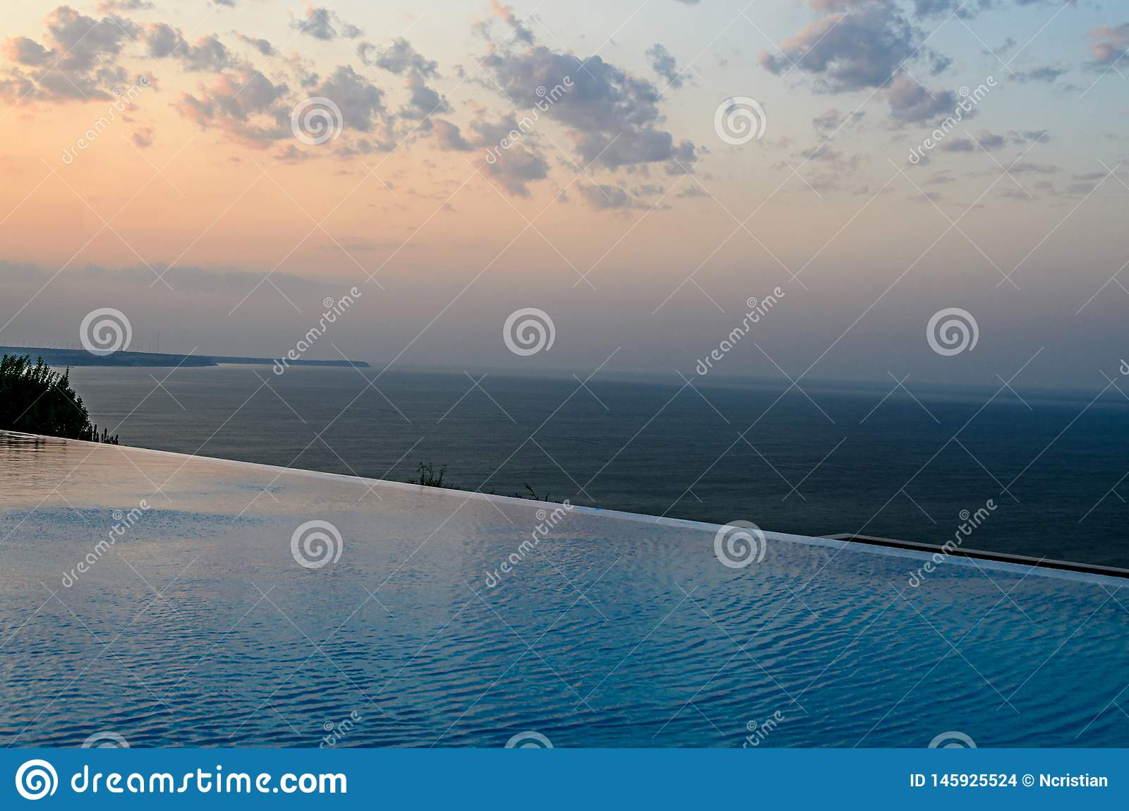 Λίμνη απείρου με την μπλε άποψη νερού κρυστάλλου στον ωκεανό θάλασσας