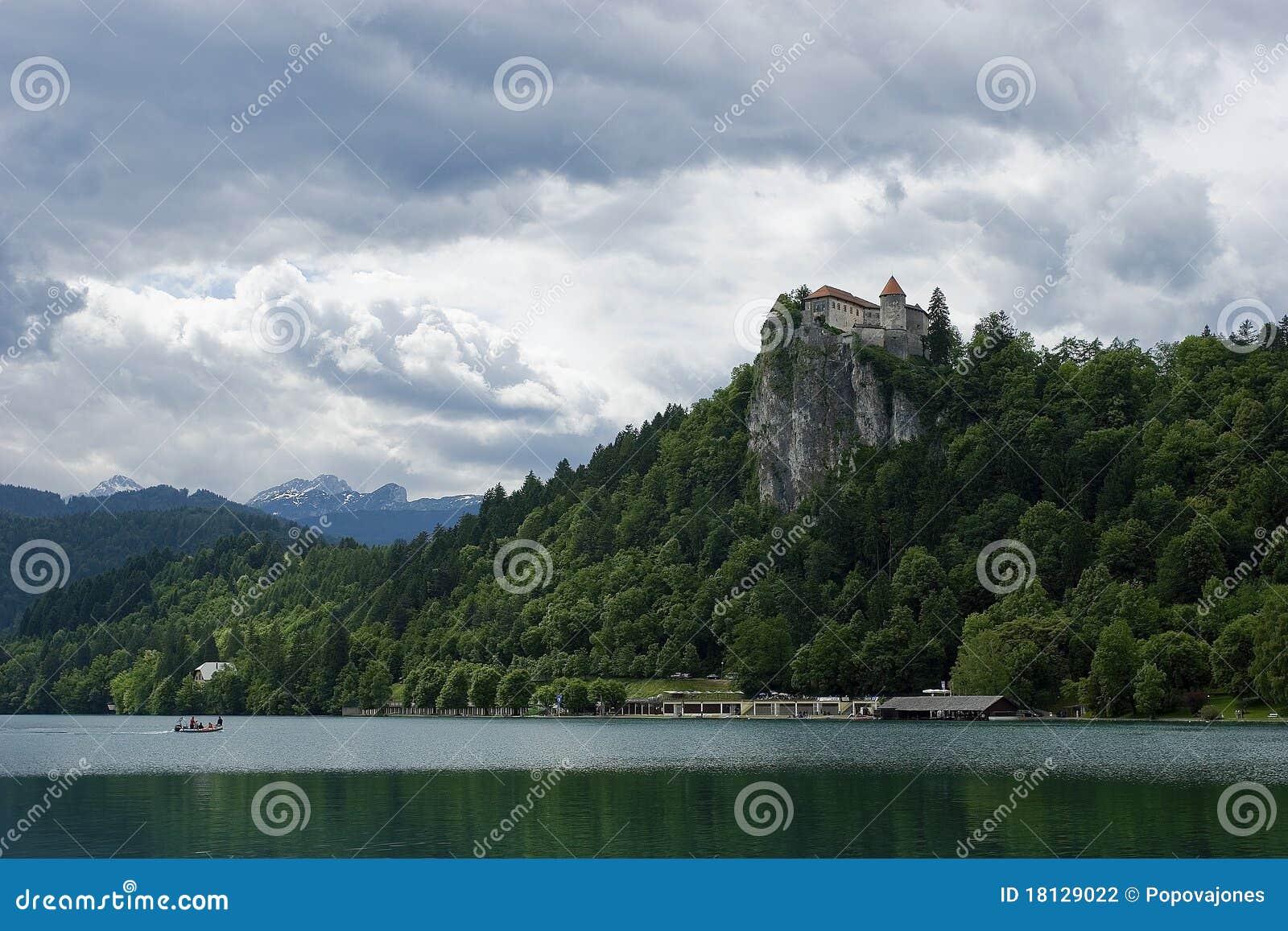 λίμνη απότομων βράχων κάστρων