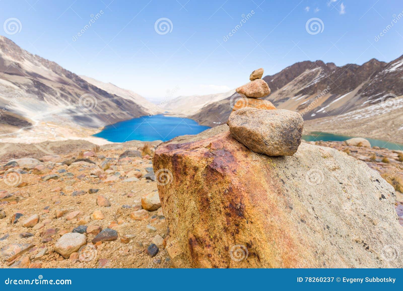 Λίμνη βουνών σημαδιών σωρών βράχων παπιών τύμβων ιχνών, ταξίδι Βολιβία
