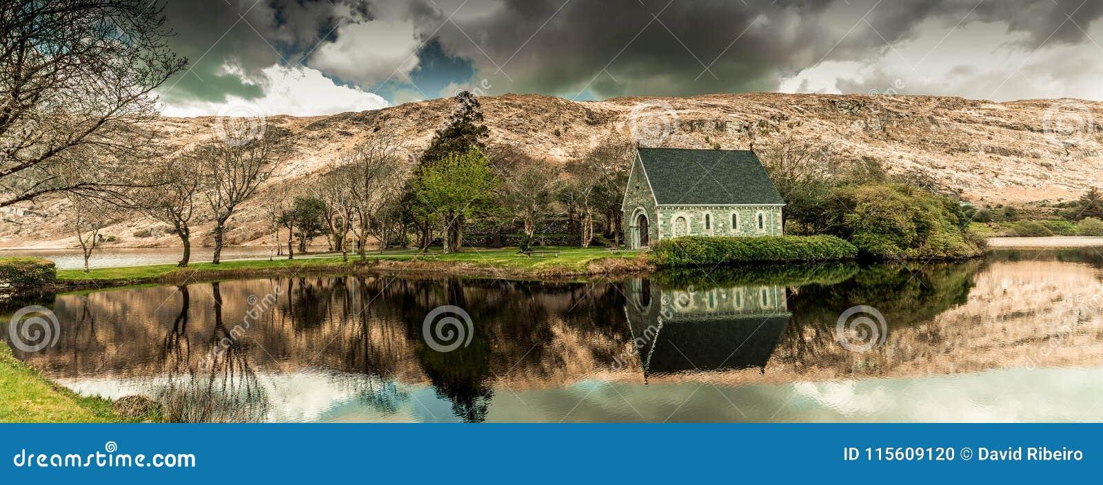 Λίμνη και ο ποταμός Lee Gouganebarra έξω από το παρεκκλησι ρητορικής Αγίου Finbarr ` s στο νομό Κορκ, Ιρλανδία