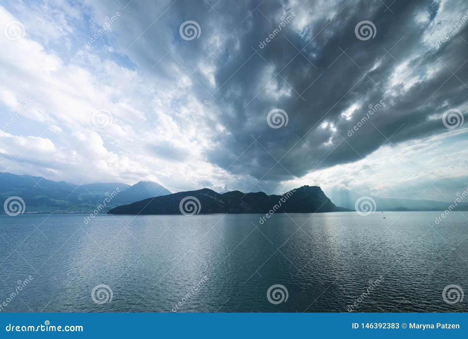 Λίμνη Λουκέρνη στην Ελβετία Συννεφιασμένος