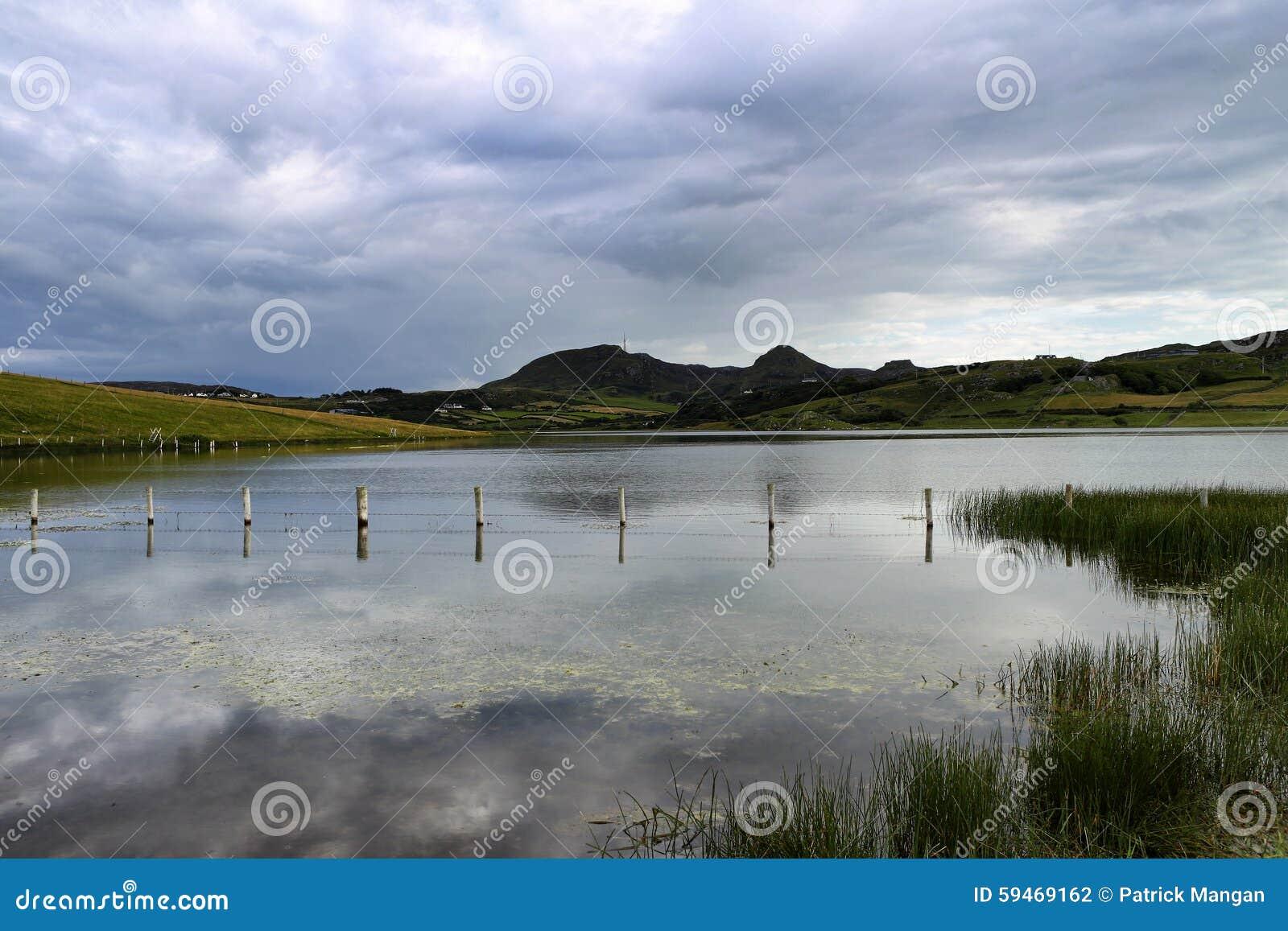 Λίμνη με τα βουνά στην απόσταση