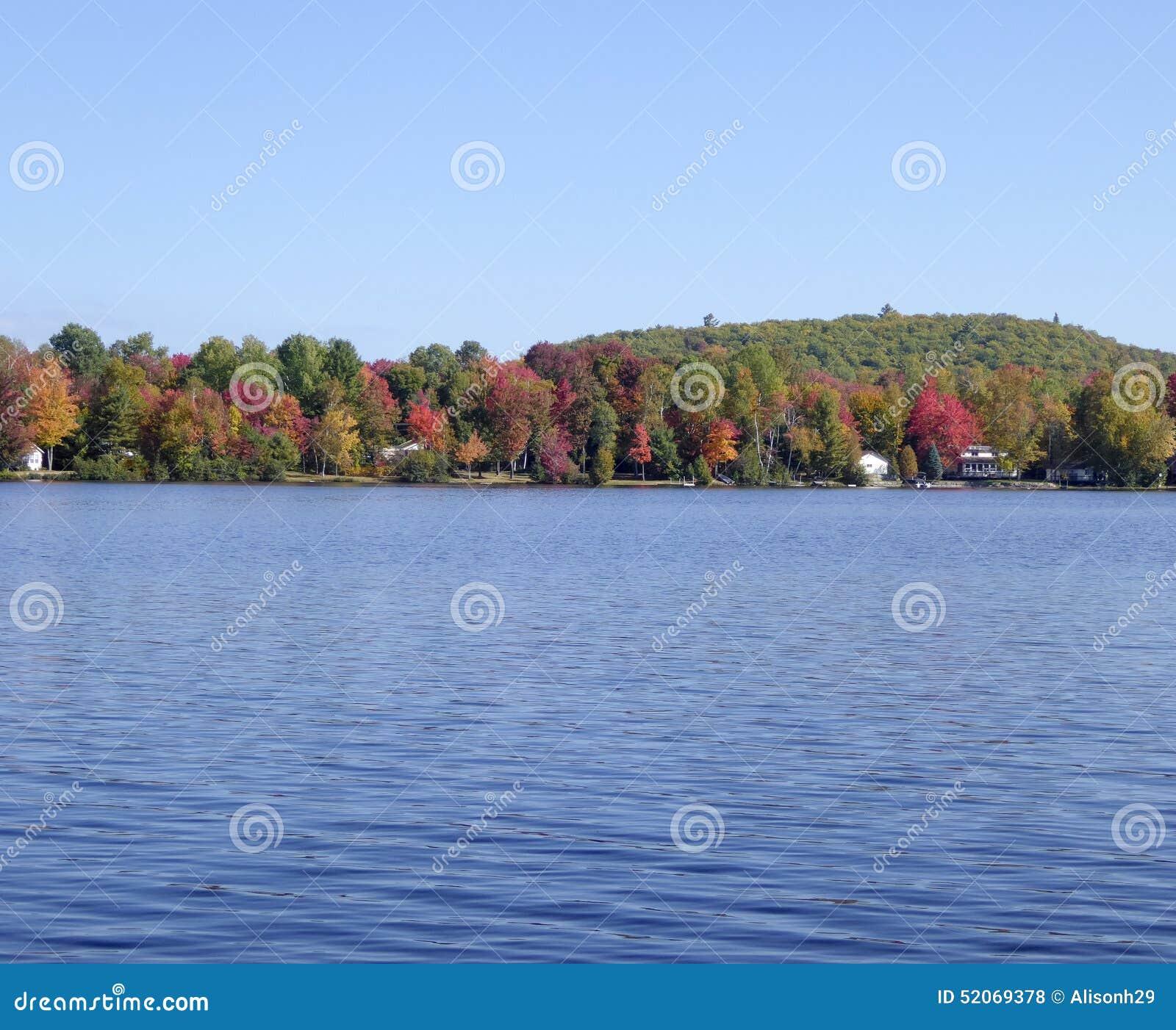 Λίμνη με τα φύλλα φθινοπώρου