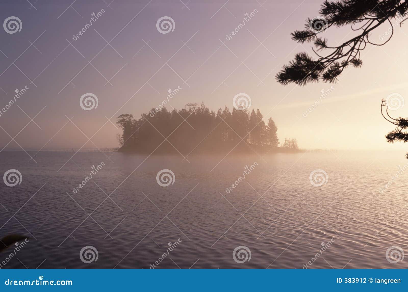 λίμνη νησιών δασώδης