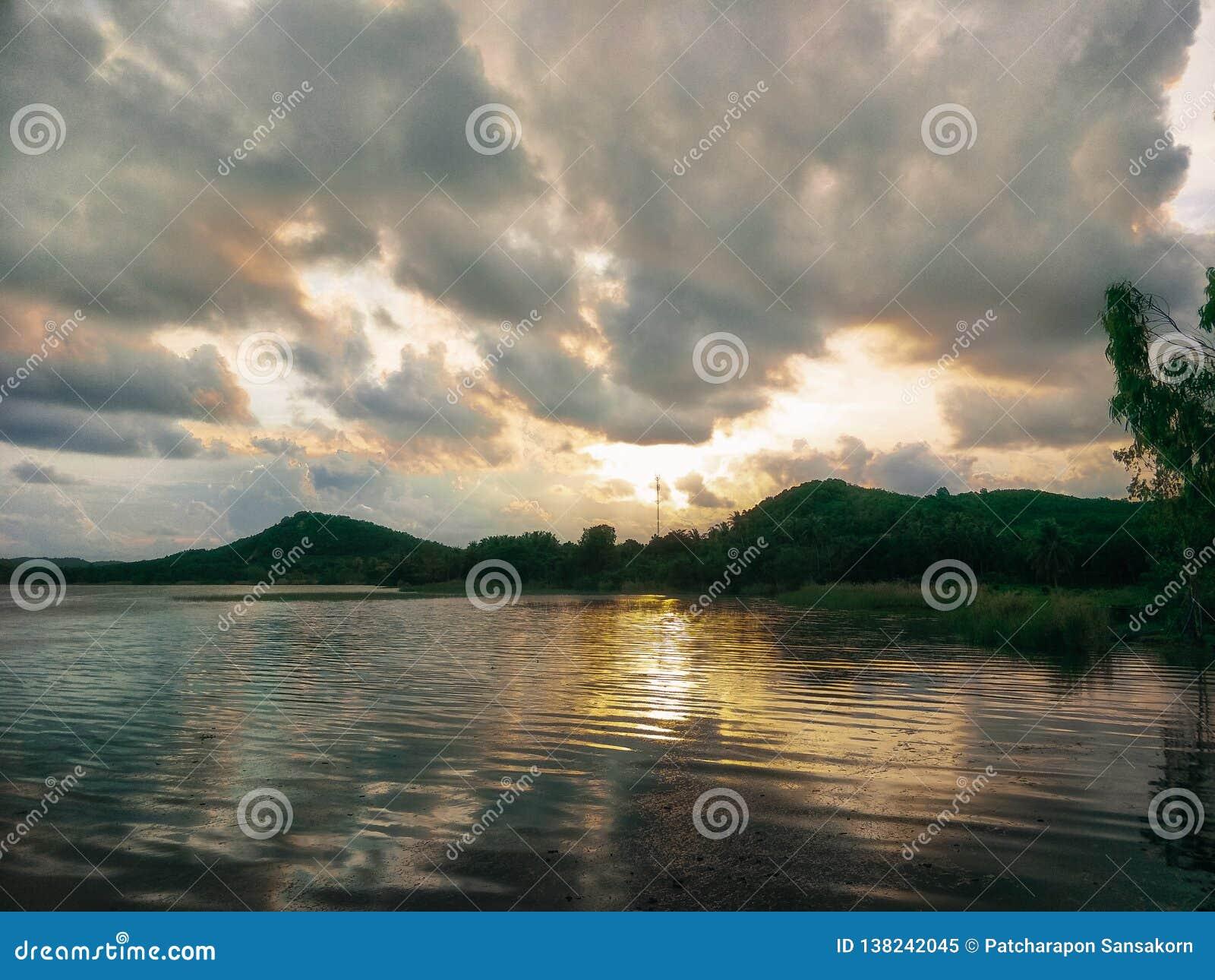 Λίμνη το βράδυ