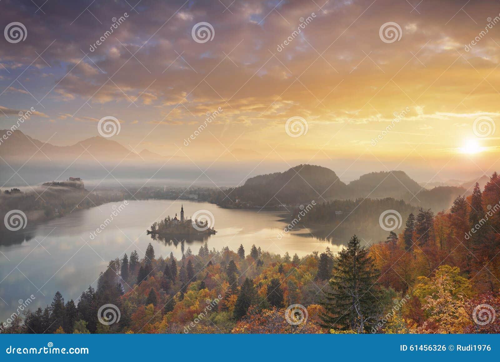 Λίμνη φθινοπώρου που αιμορραγείται