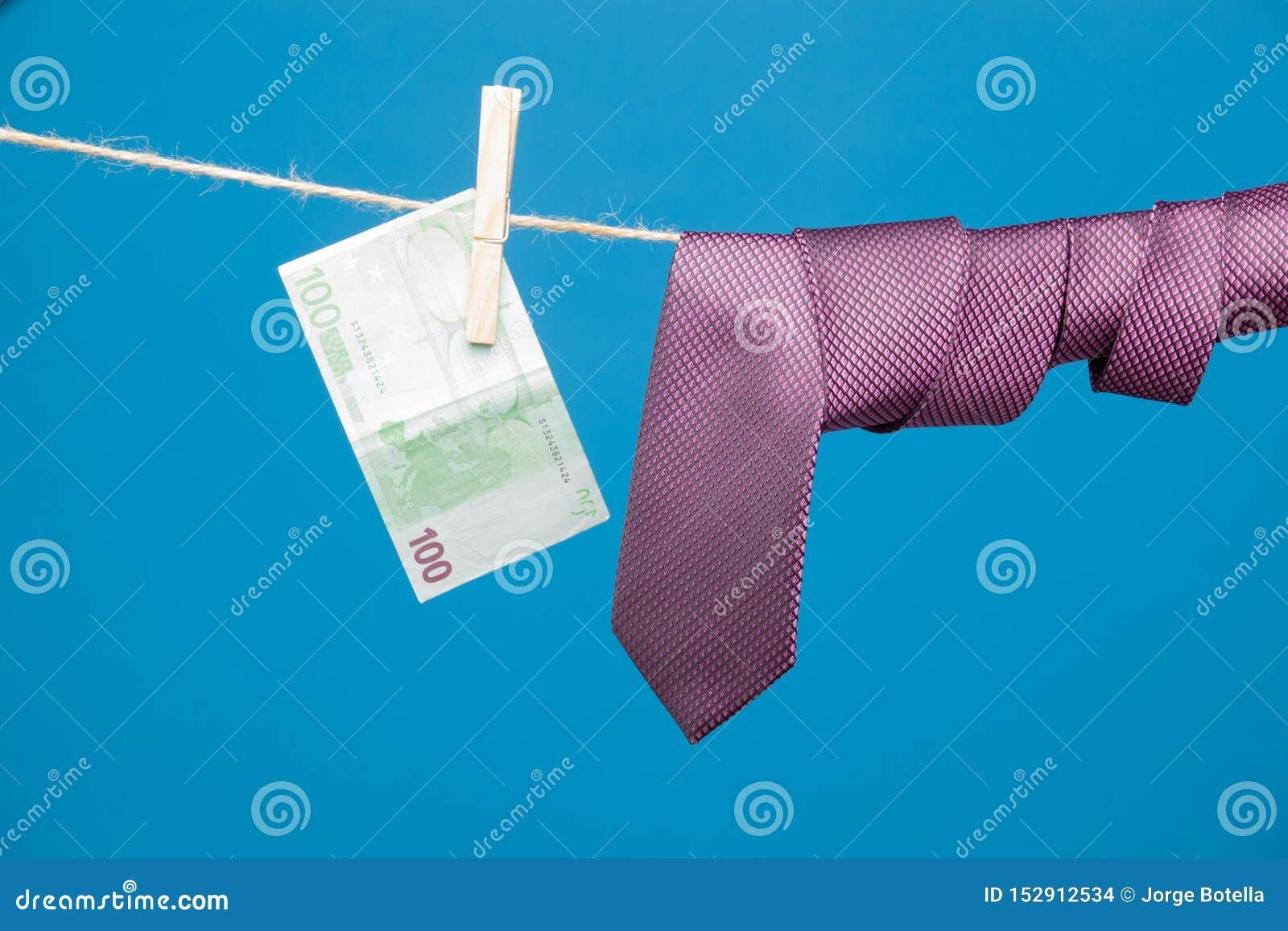 Λαβίδες, χρήματα και δεσμός με τον κόμβο, σε ένα σχοινί