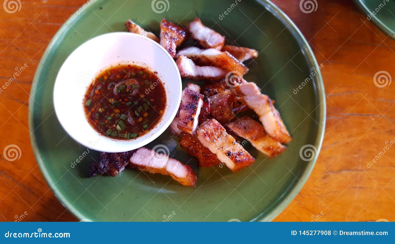 Λαιμός χοιρινού κρέατος και βυθίζοντας σάλτσα