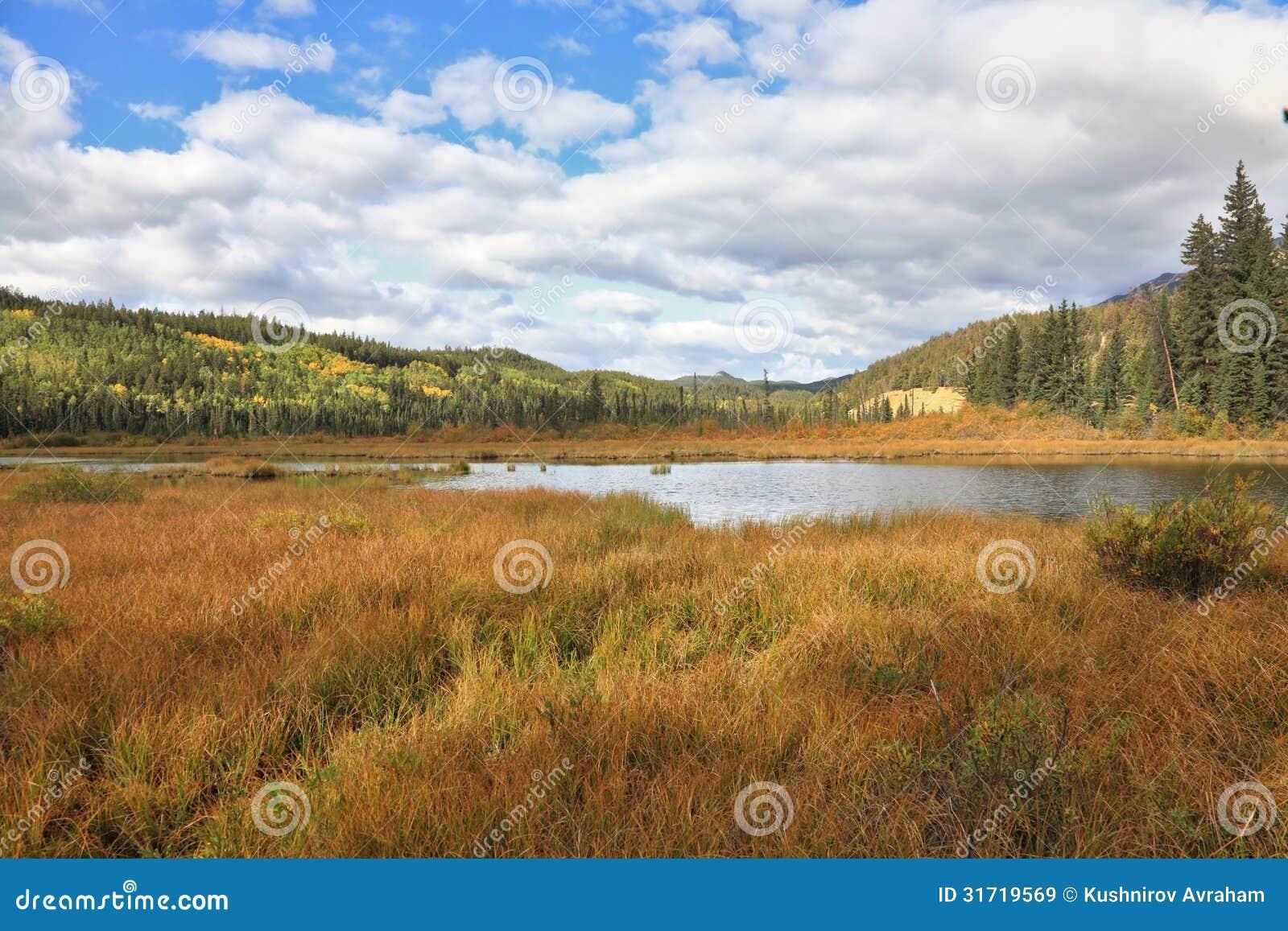 Λαμπρά λίμνη και βουνά τόξων