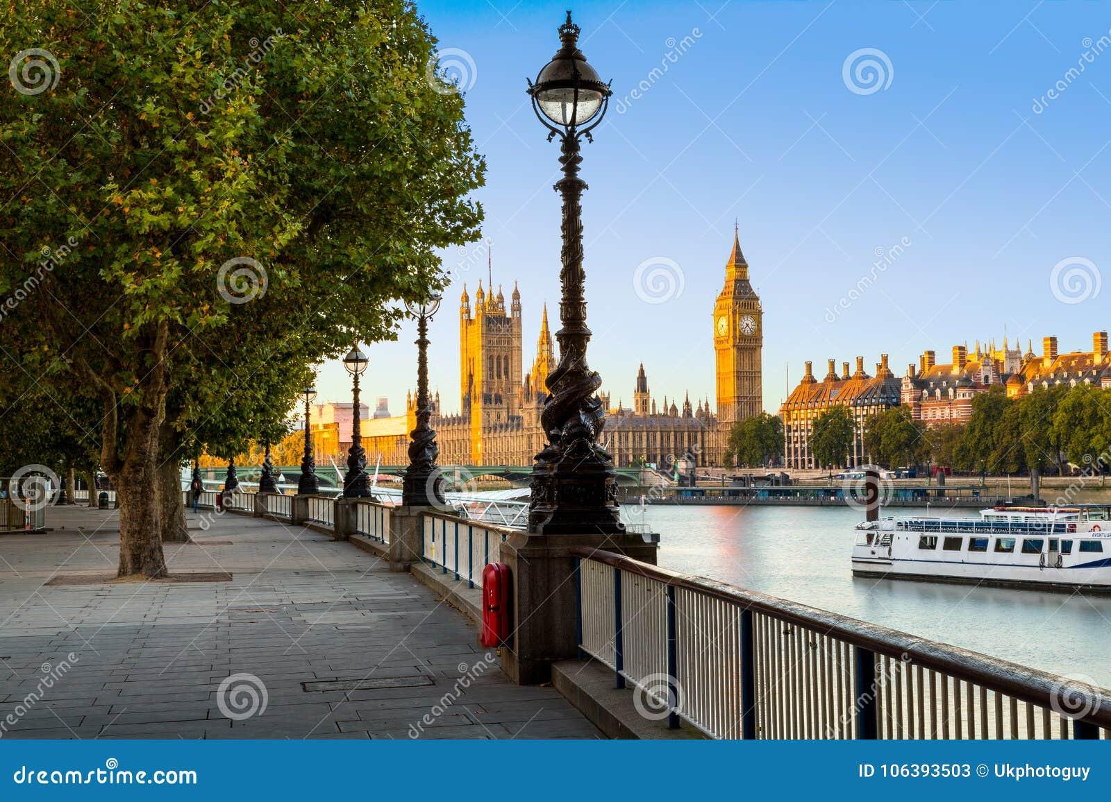 Λαμπτήρας οδών στο South Bank του ποταμού Τάμεσης με Big Ben και το παλάτι του Γουέστμινστερ στο υπόβαθρο, Λονδίνο, Αγγλία, UK
