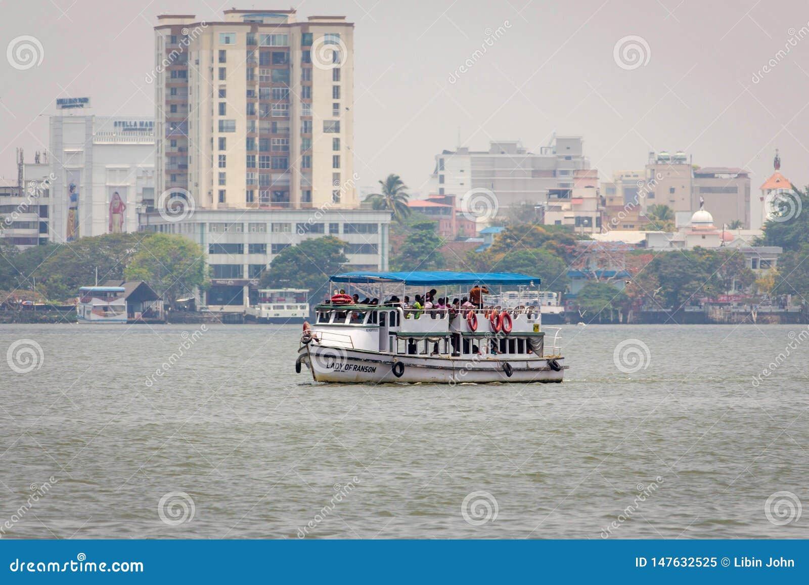Λαοί που ταξιδεύουν στη βάρκα στην αραβική θάλασσα Kochin