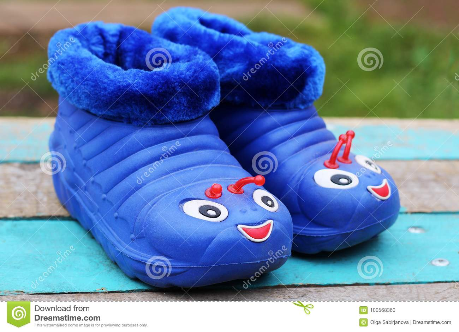 fec3fd9780b Λαστιχένια παπούτσια παιδιών ` S για το περπάτημα στη βροχή Στοκ ...