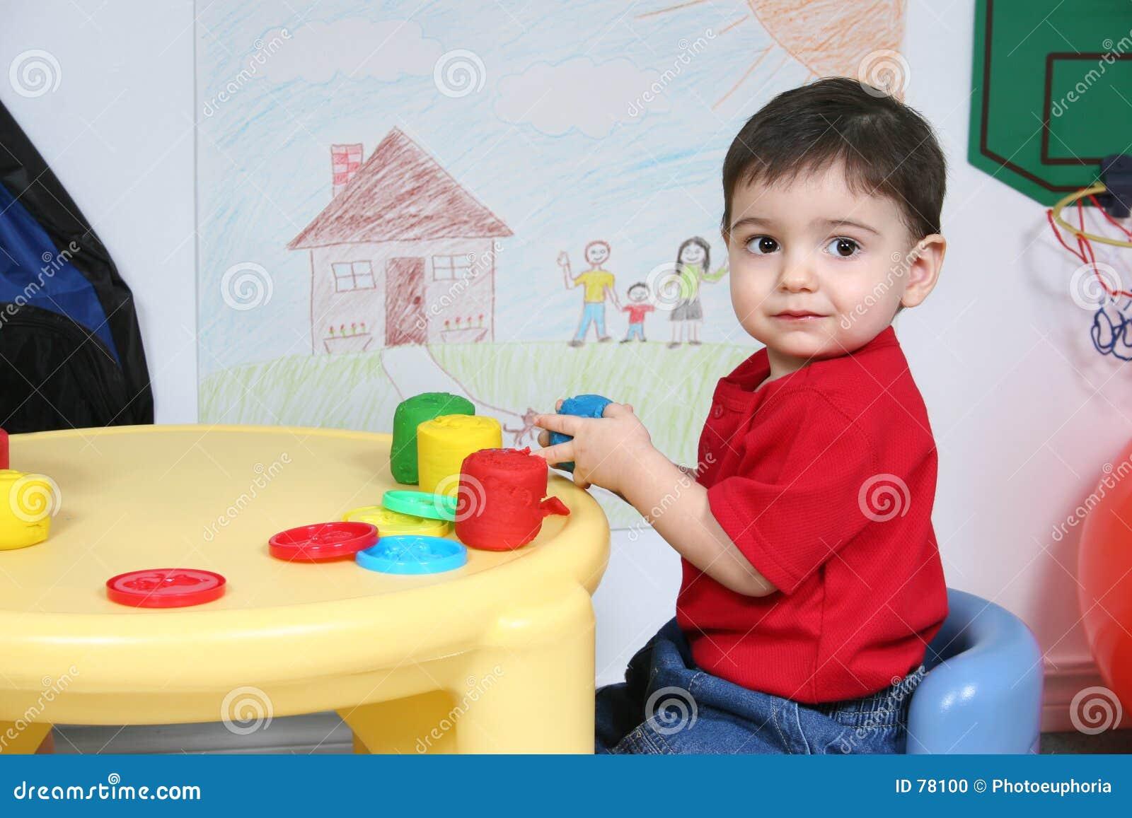 λατρευτή ζωηρόχρωμη ζύμη που παίζει preschooler