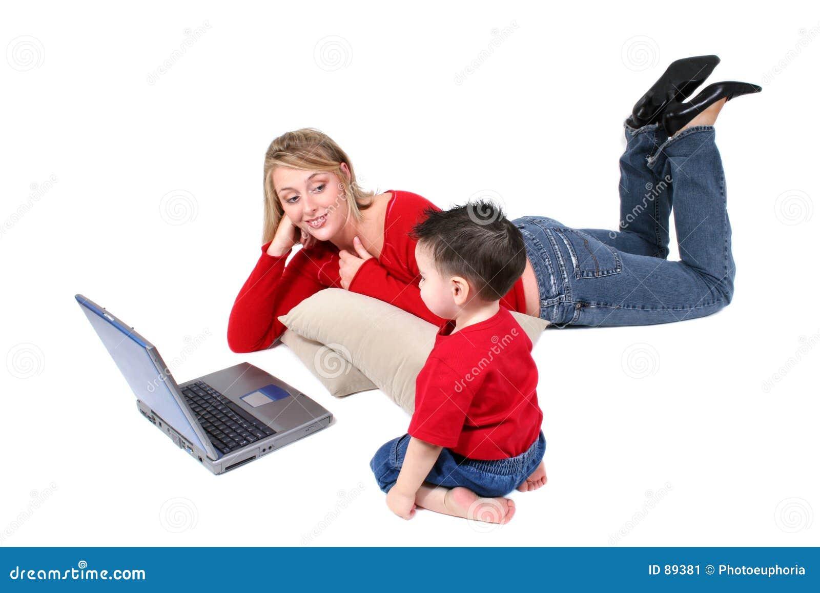 λατρευτός γιος μητέρων στιγμής οικογενειακών lap-top