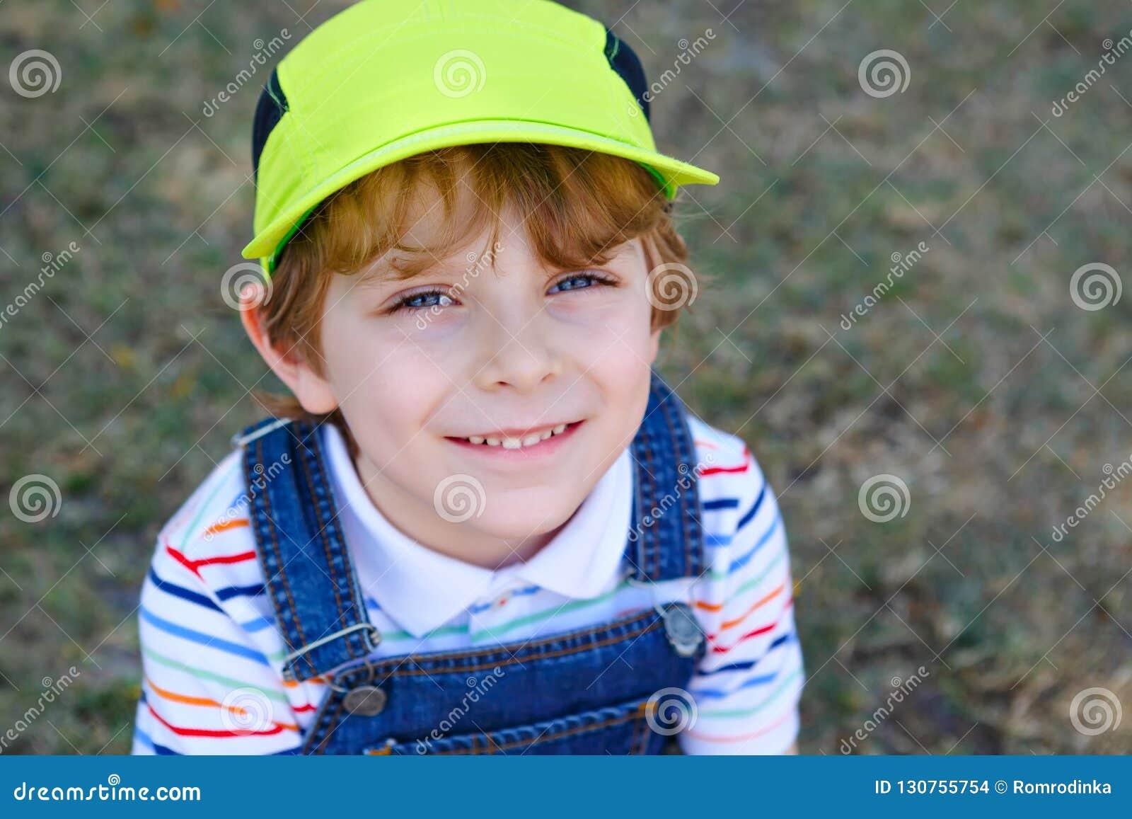 Λατρευτό ενεργό αγόρι παιδάκι που έχει τη διασκέδαση στην παραλία του Μαϊάμι, βασικό Biscayne Ευτυχής χαριτωμένη χαλάρωση, παιχνί