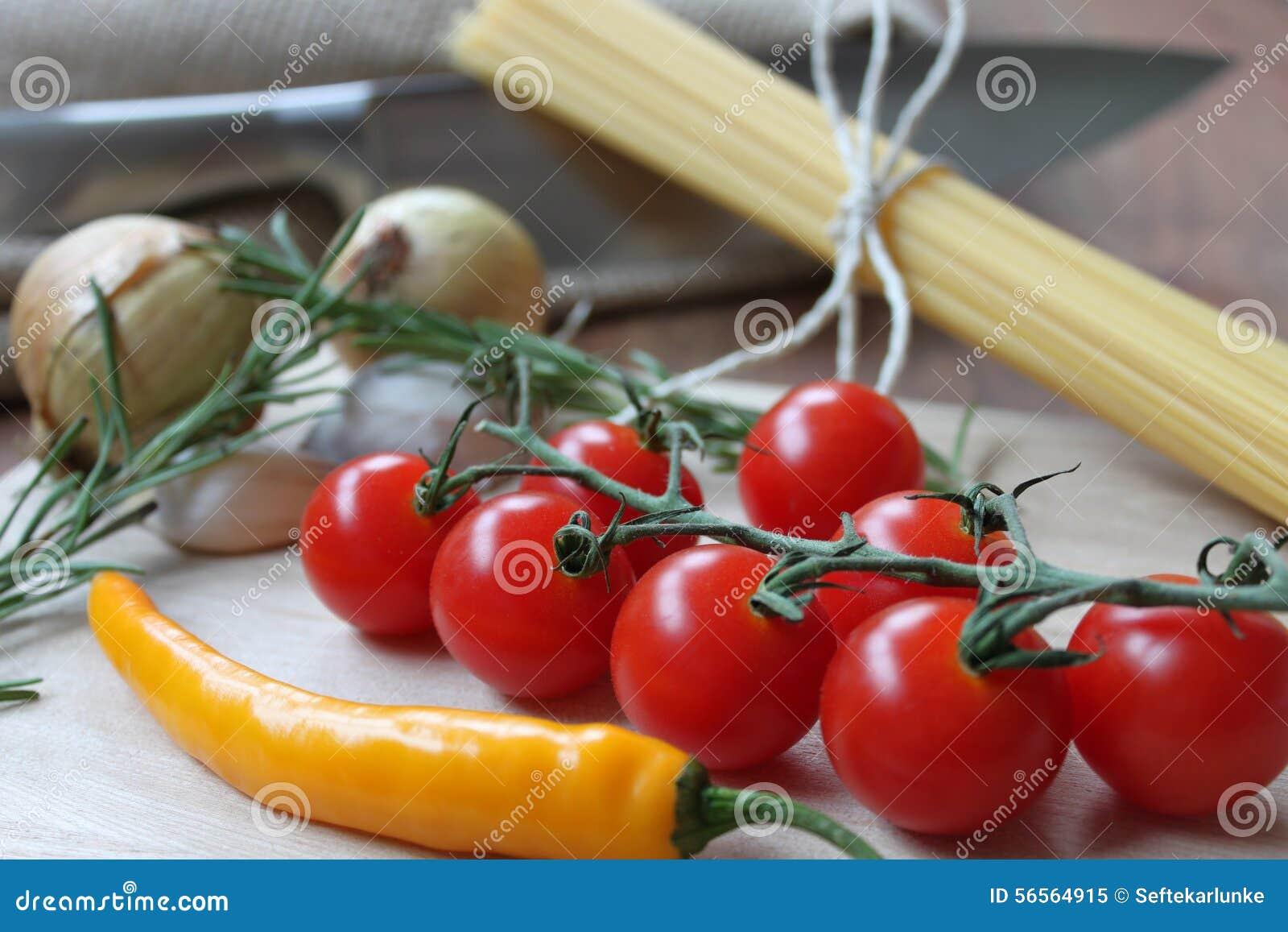 Download Λαχανικά και μακαρόνια για το μαγείρεμα Στοκ Εικόνα - εικόνα από υγιής, χορτάρια: 56564915