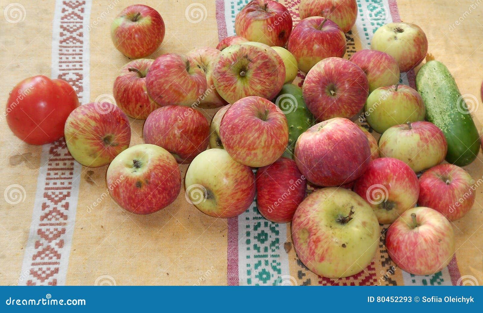 Λαχανικά και φρούτα στο παλαιό ύφασμα
